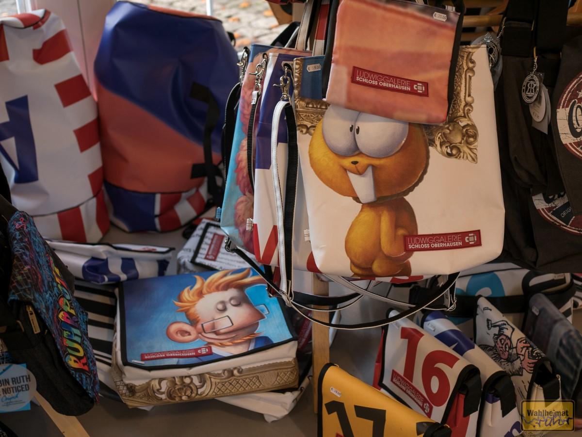 Im hauseigenen Museumsshop findet Ihr neben Ruhrgebietsdevotionalien und kleinen Kunstgimmicks auch eine schöne Auswahl Taschen aus Plakaten vergangener Ausstellungen.