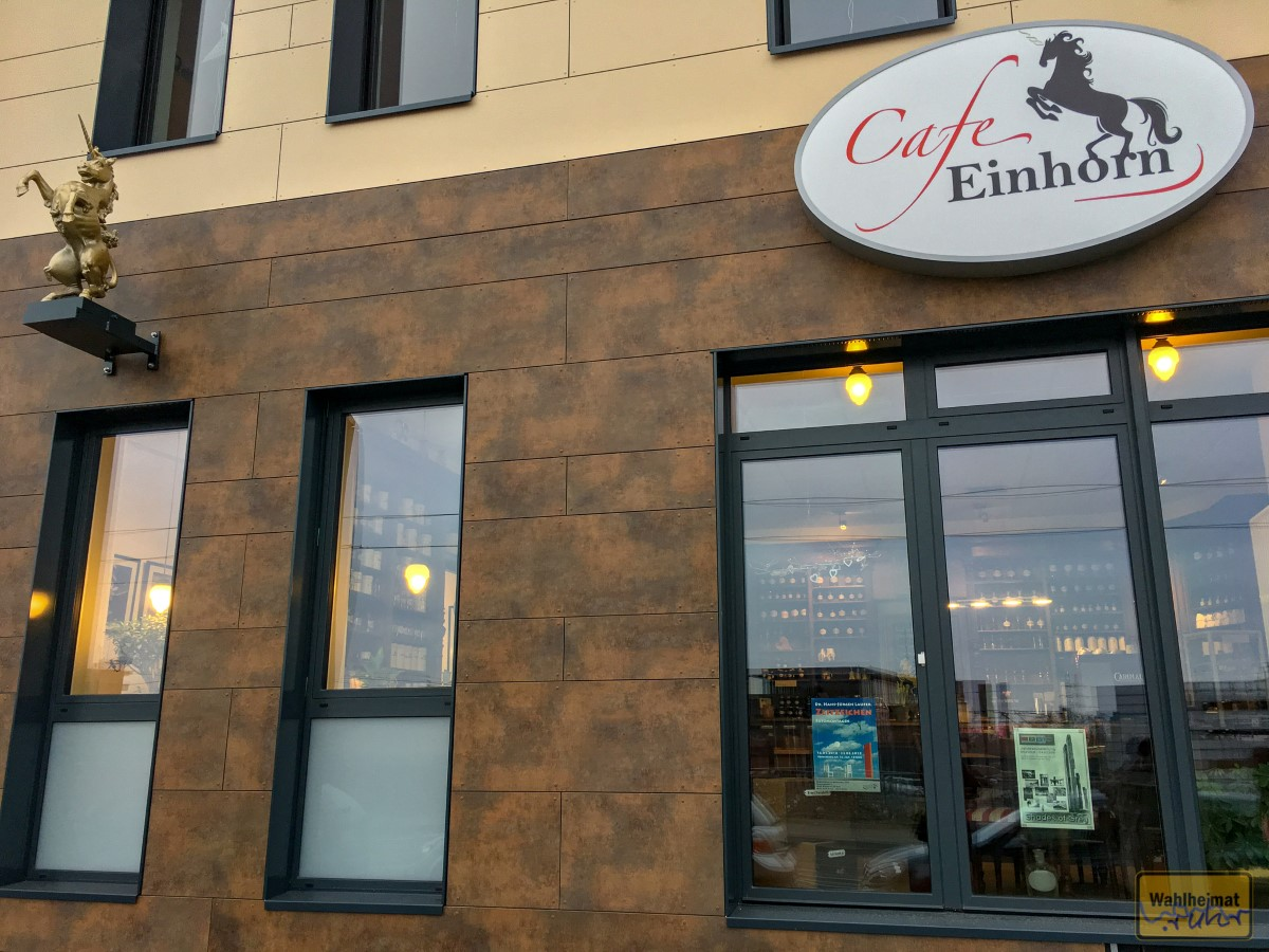 Hinter diesen Fenstern liegt das Café - viel größer ist es auch nicht in der Breite.
