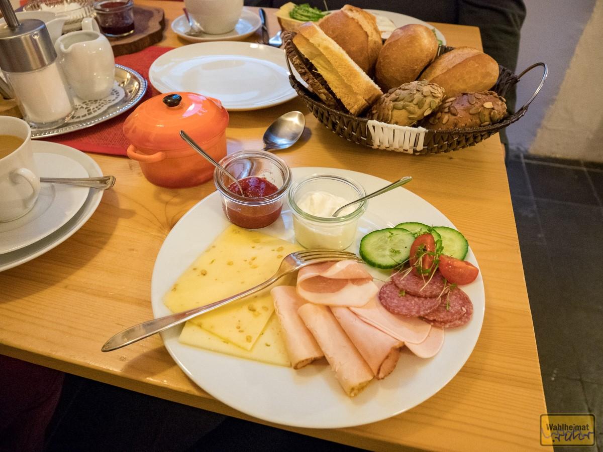 Das gemischte Frühstück (Brotkorb von mehreren Personen) mit einem extra Töpfchen...