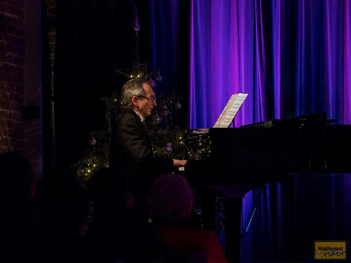 Jan Kirschniok am Flügel, übrigens ein Musikprofessor.