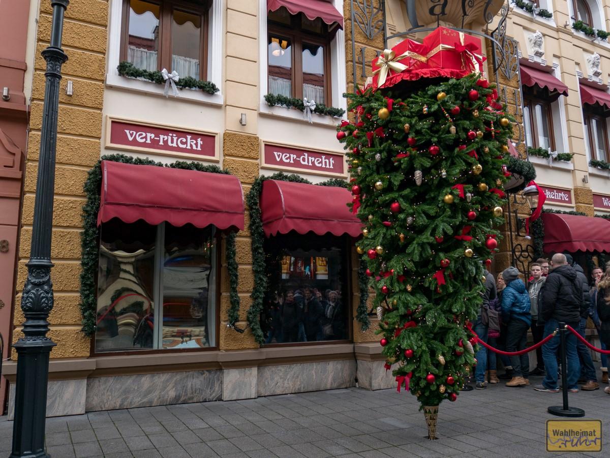 Die einzig richtige Art, seinen Weihnachtsbaum aufzustellen! :D