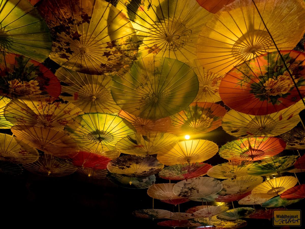 Ein Blick an die Decke offenbart tolle Farben und Motive auf Papierschirmen.