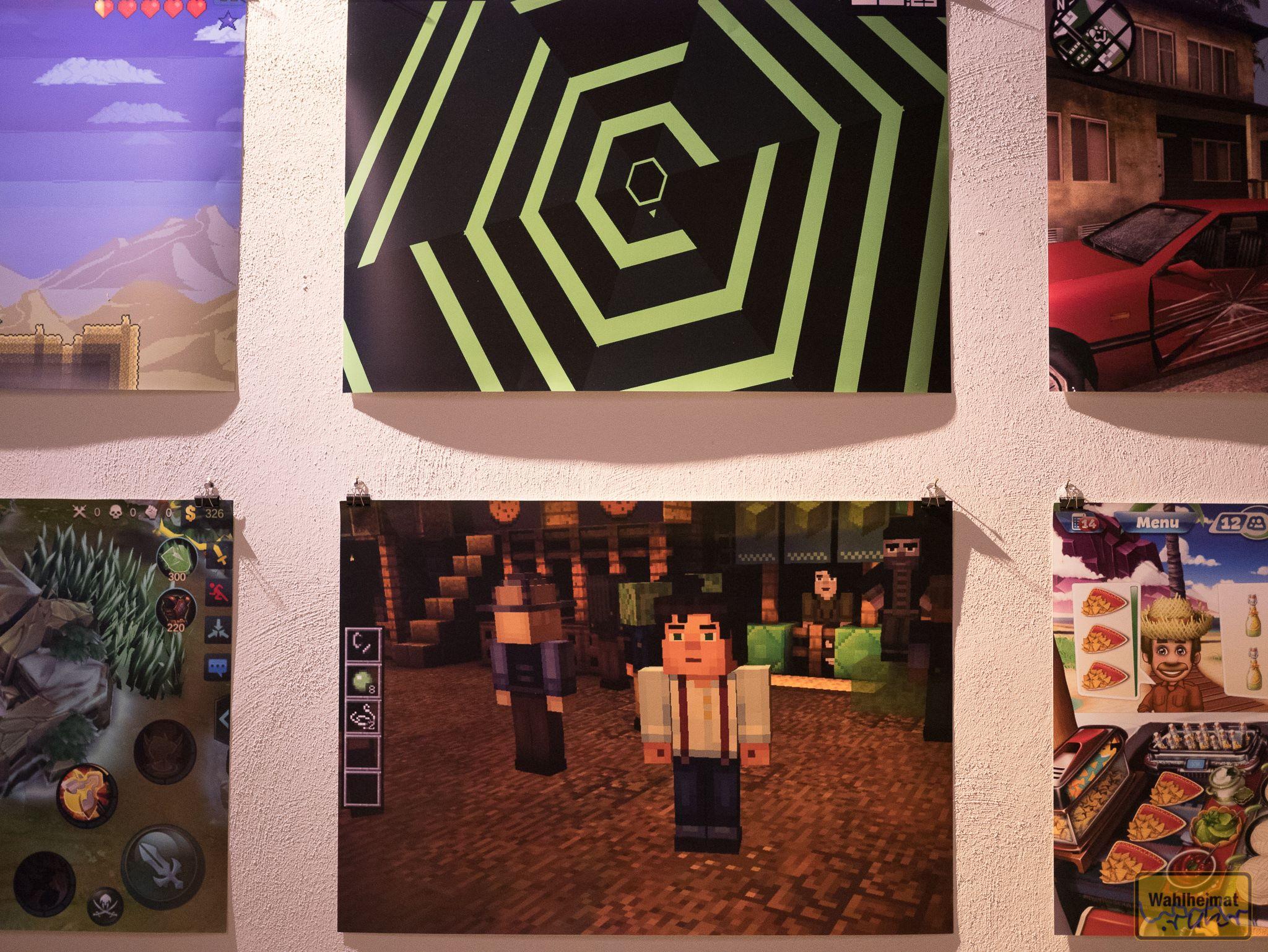 An den Wänden ist die passende Deko aufgehängt: Screenshots aus Spielen.