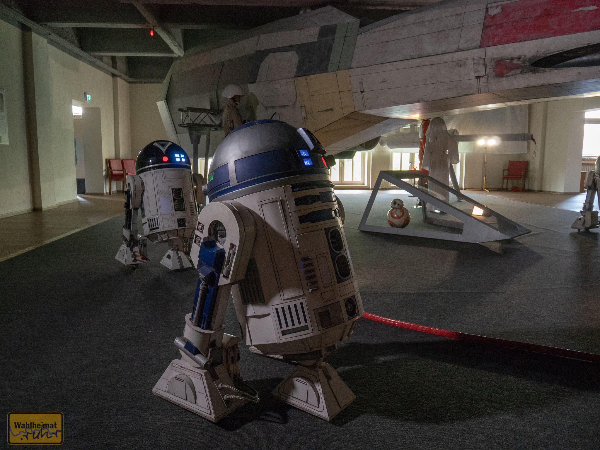 Einige R2-Modelle umrunden das Schiff.