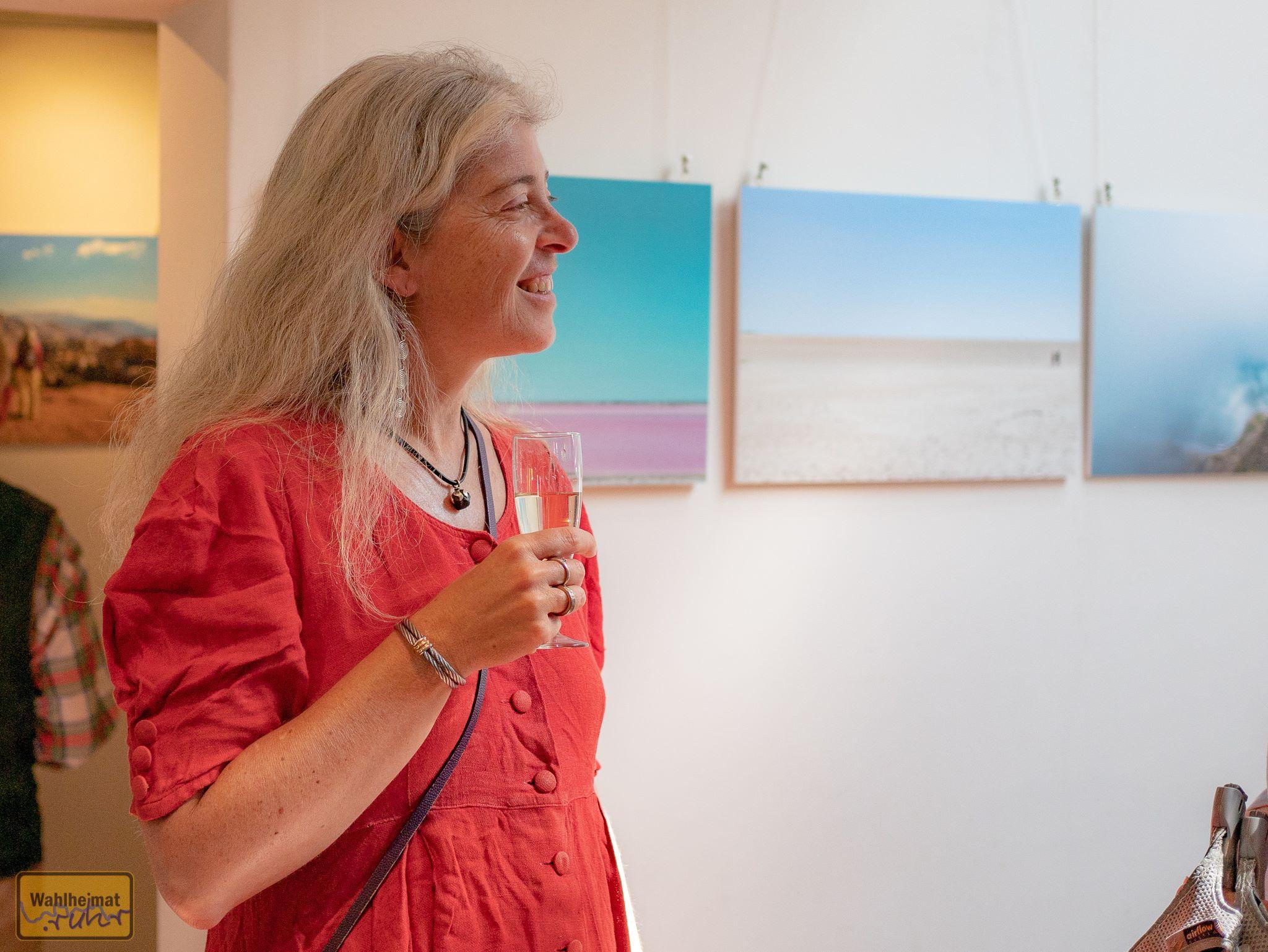 Monika Meurer vor einigen Landschaftsmotiven mit teils ungewöhnlichen Perspektiven.