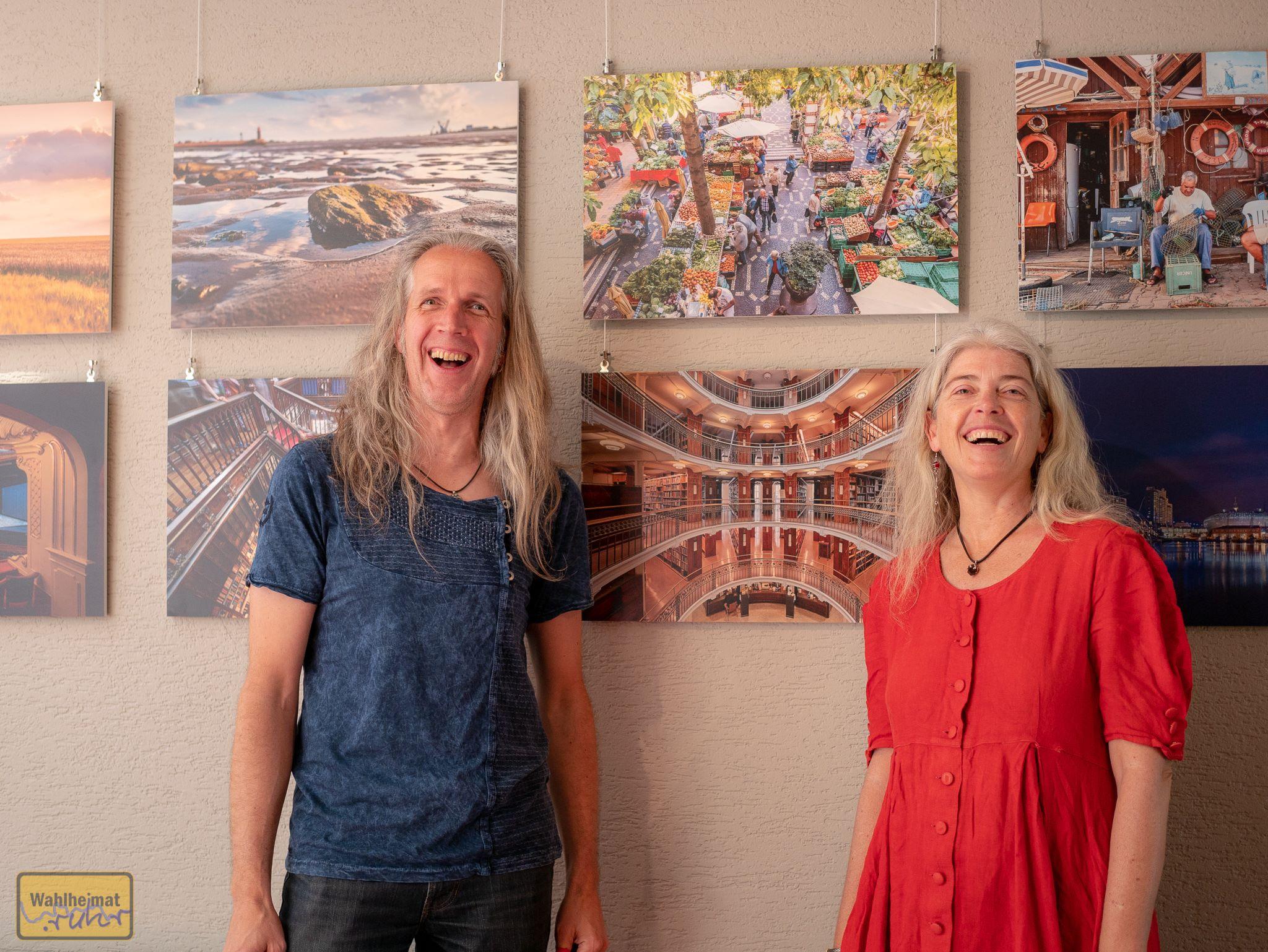 Wenn Ihr bei der Foto-Ausstellung genauso viel Spaß habt wie die Meurers bei der Eröffnung - dann ist alles töfte!