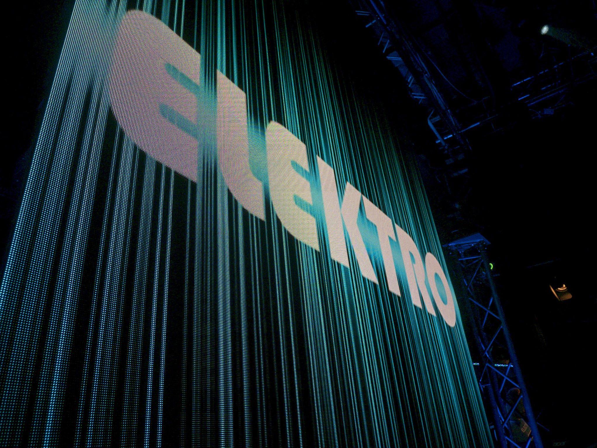 ELEKTRO. Der zentrale, riesige Bildschirm auf der Bühne in exklusiver Nahaufnahme.