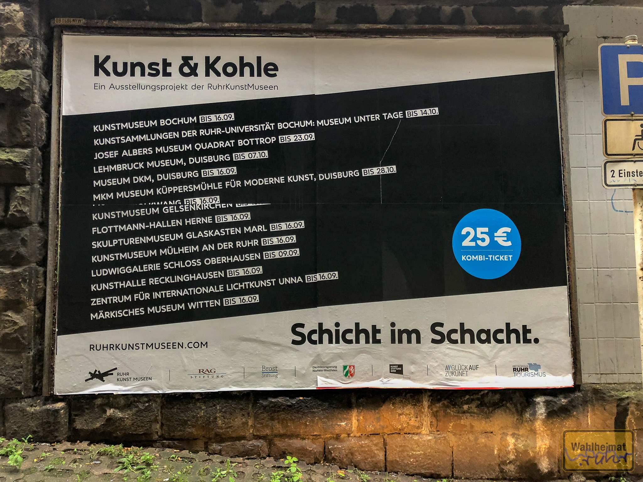 "Ausstellungsplakat ""Kunst & Kohle"" am Mülheimer Hauptbahnhof."
