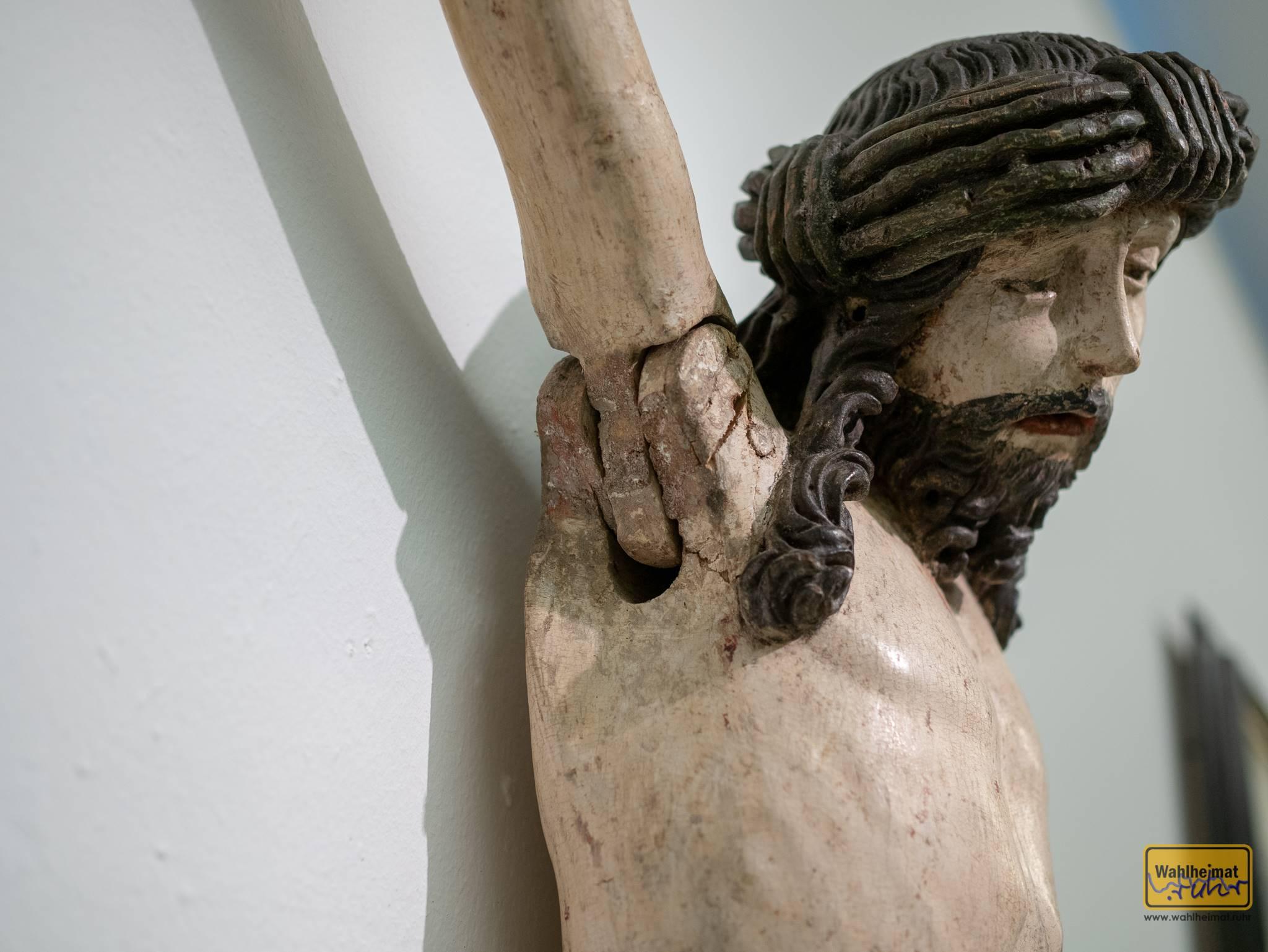 ...die Arme sinnbildlich für die Grablege zusammengelegt werden.