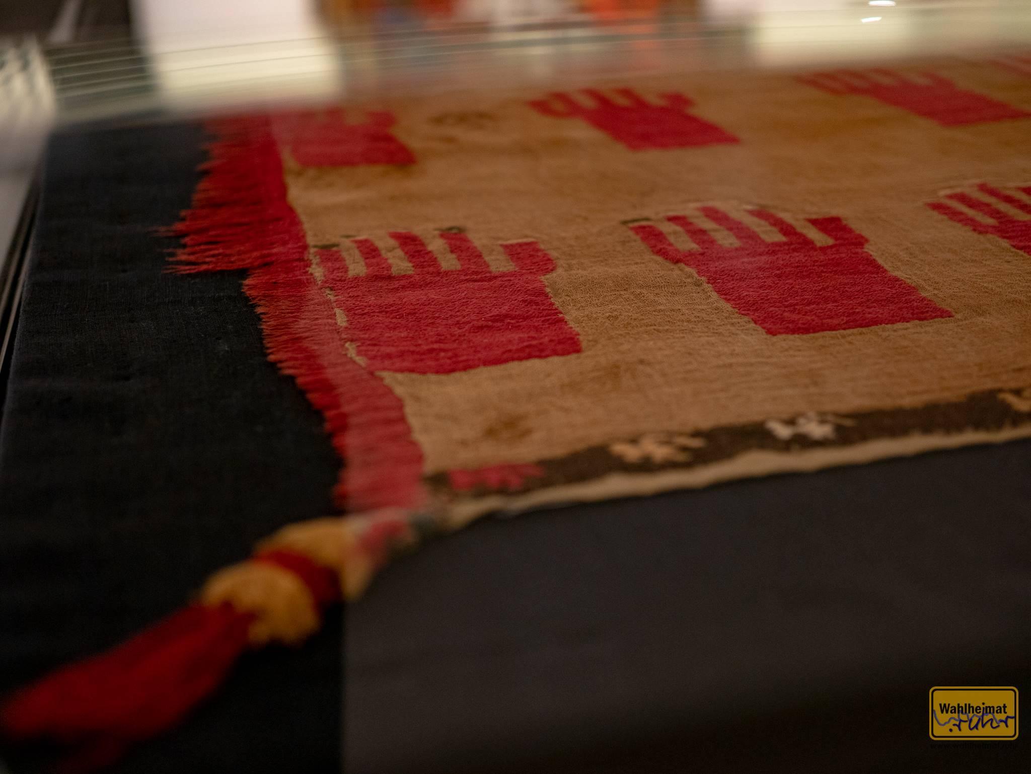 Ein Totentuch aus Peru, vermutlich 1000-1440. Die Hände mit schwarzen Fingernägeln sind wohl vor an die tausend Jahren eingewebt worden.