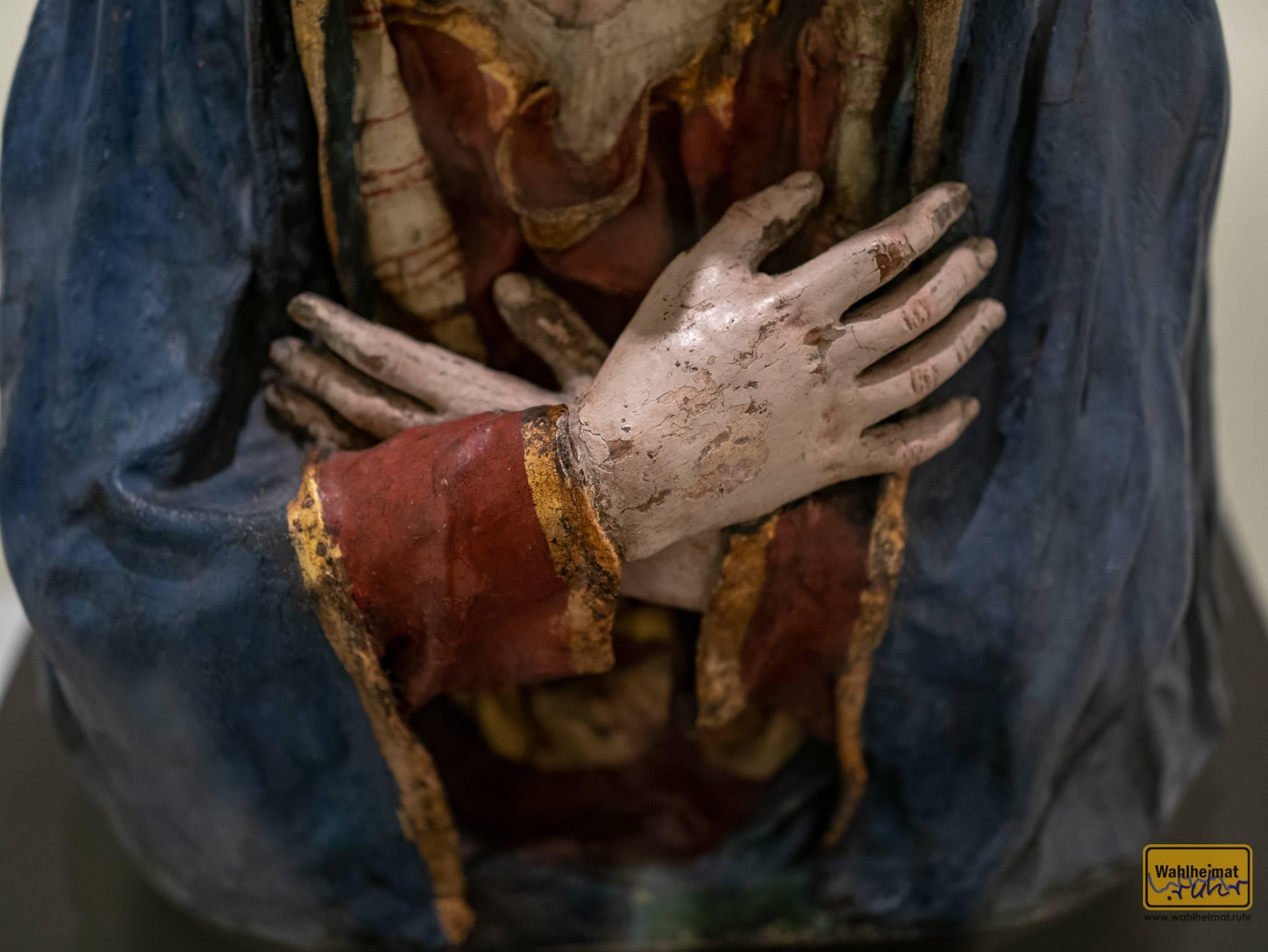 """Pedro de Mena hat im 17. Jh. die """"Mater dolorosa"""" geschaffen. Ich habe ihre gefalteten Hände als das Titelbild dieses Blogbeitrags gewählt."""