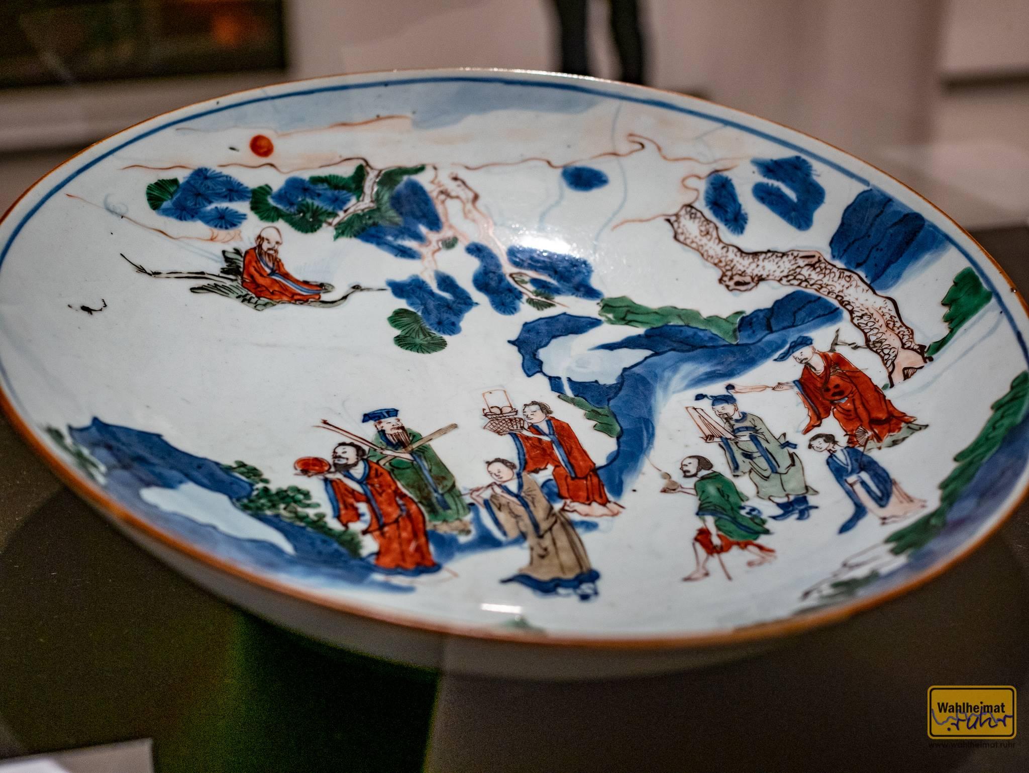 Um 1640 hat ein ostasiatischer Künstler diese bemerkenswerte Schüssel geschaffen. Wow!