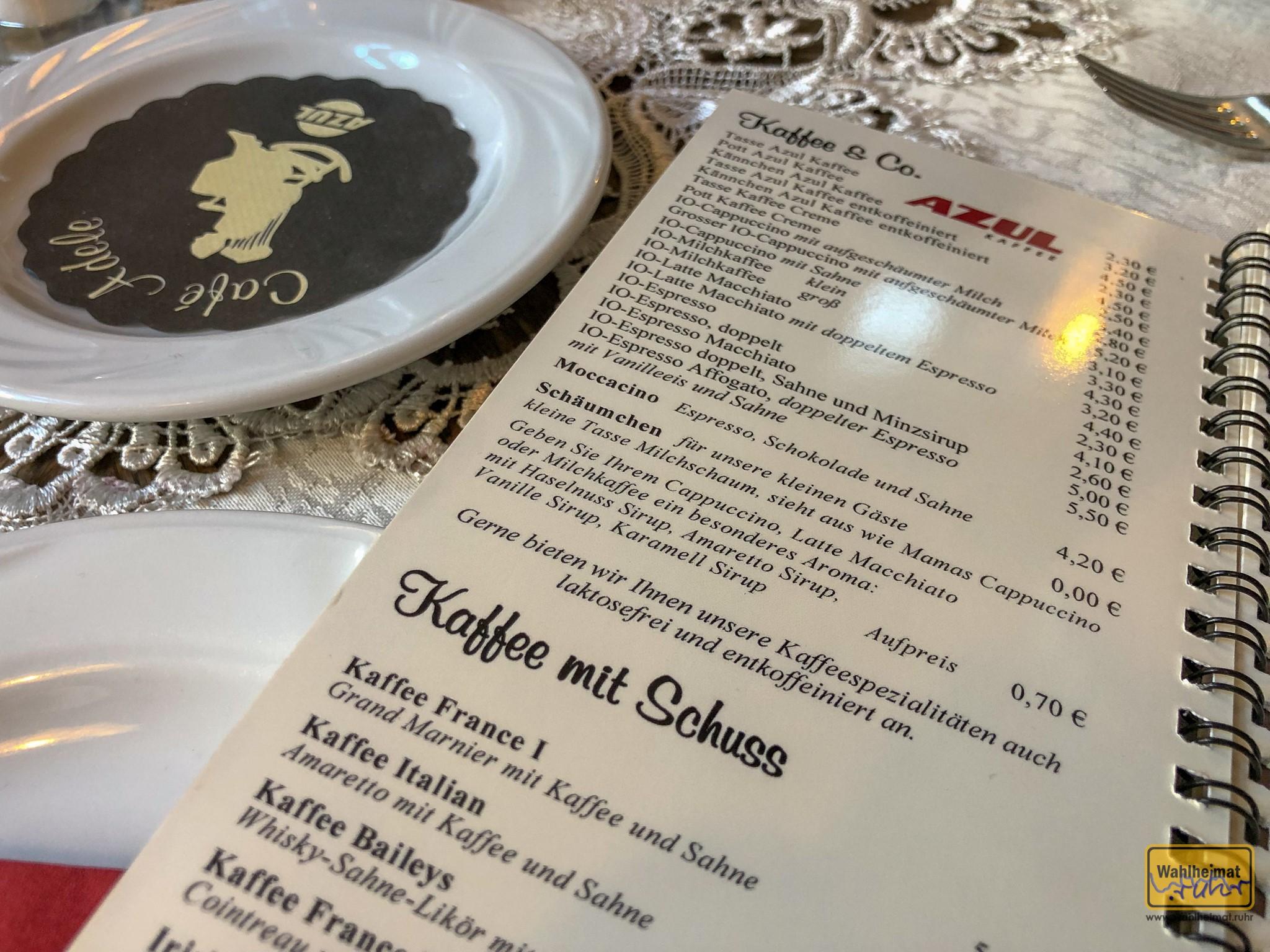 """Ordentliche Auswahl an Kaffeespezialitäten. Dazwischen: das """"Schäumchen"""" für den Nachwuchs."""