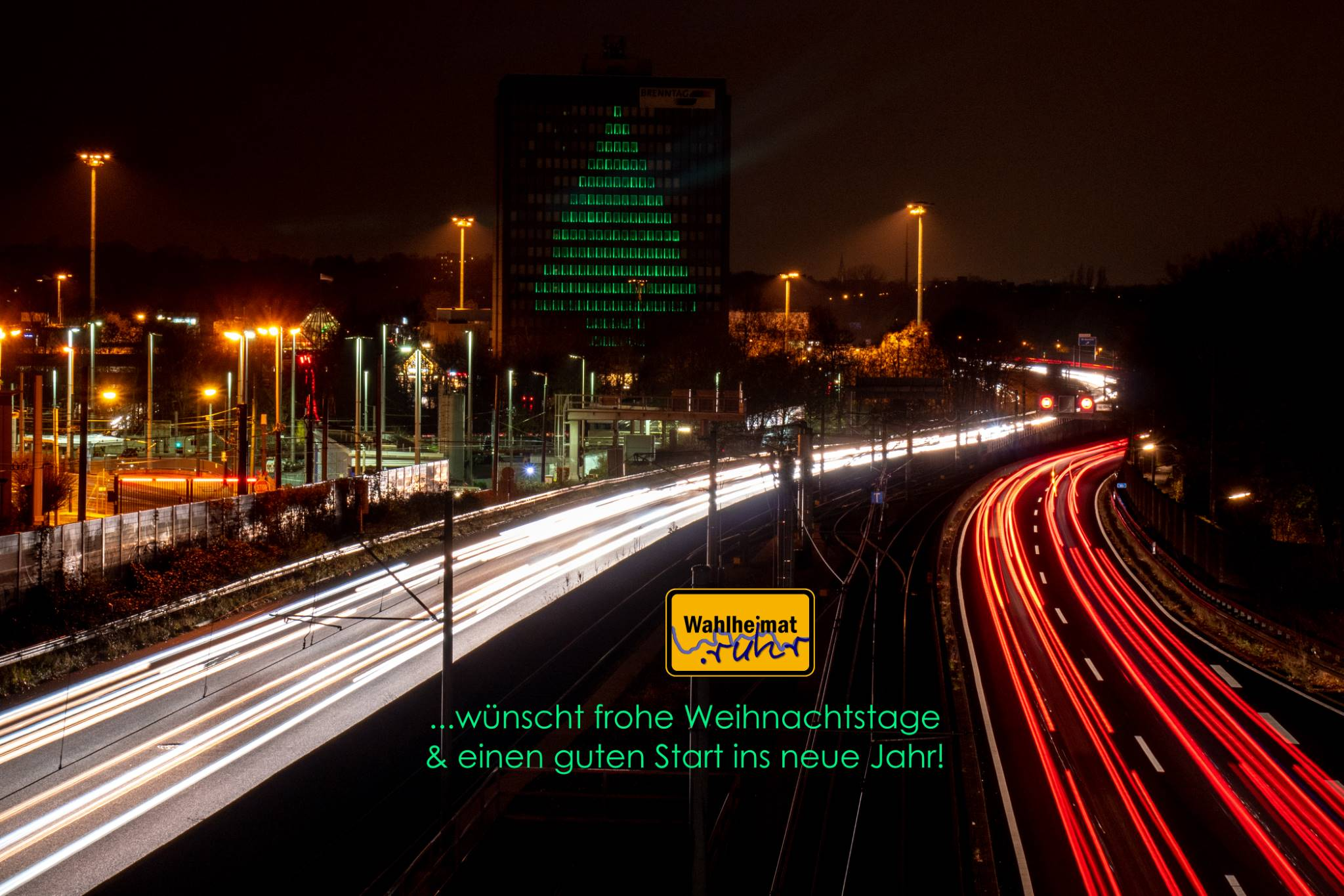 Weihnachtsbaum-Beleuchtung im ehemaligen Brenntag-Gebäude an der A40, jetzt Rhein-Ruhr-Zentrum. Stadtgrenze Essen/Mülheim an der Ruhr.