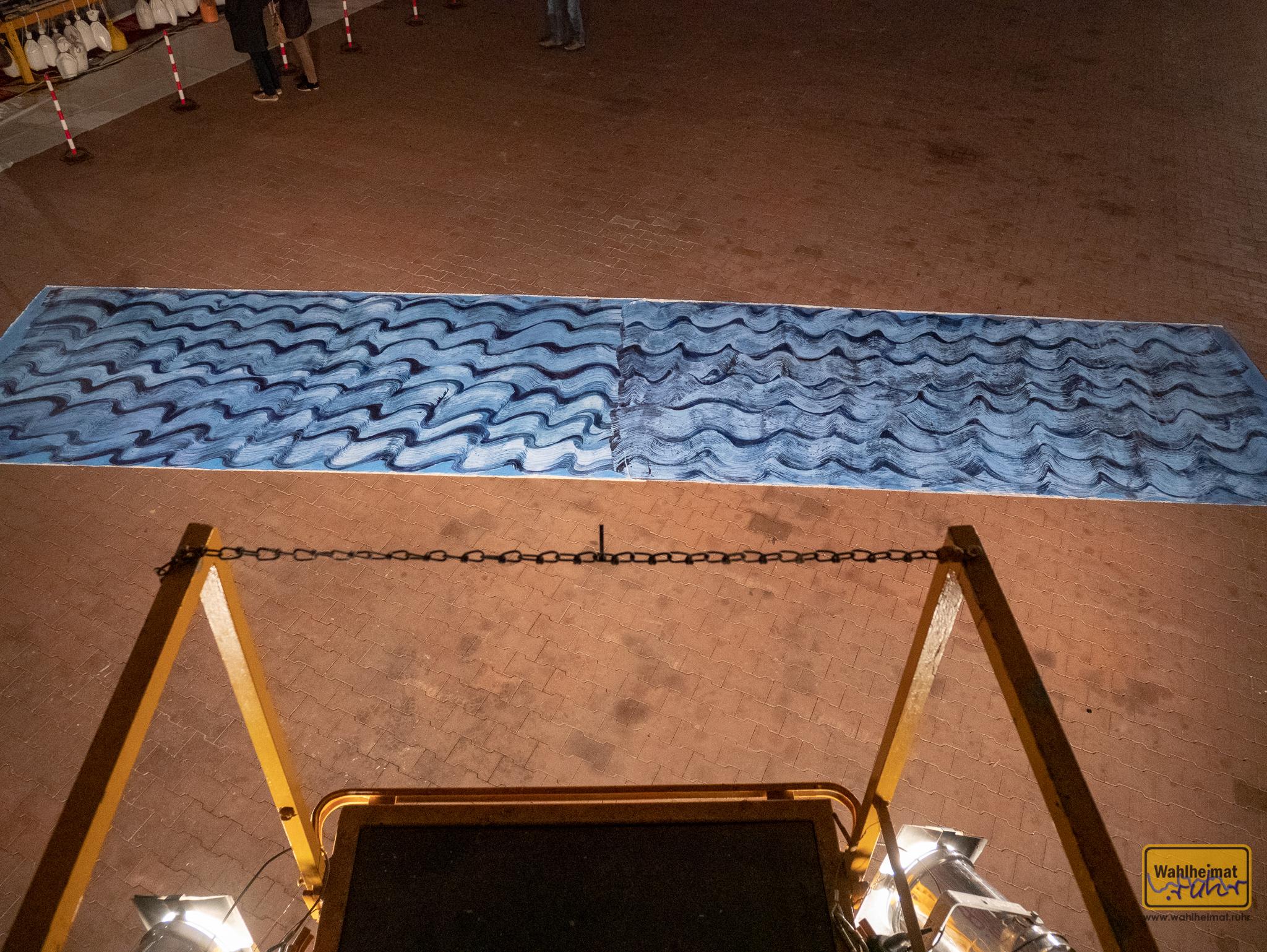 ...Natalija Usakova und simuliert aus luftiger Höhe die Betrachtung der Meeresfläche von oben herab - wie ein Vogel blickt man auf einen zwanzig Quadratmeter großen Teppich.