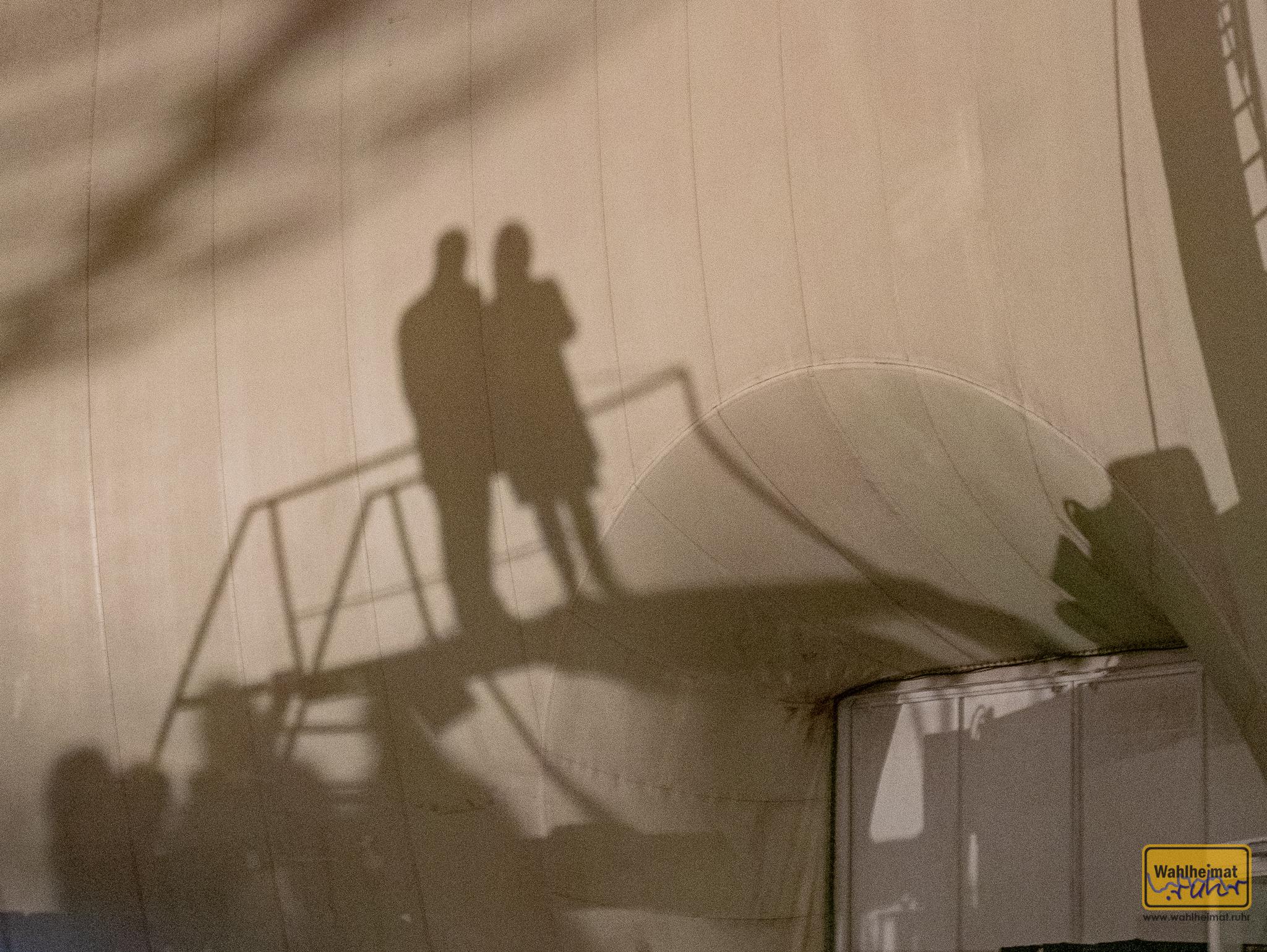 Unverhofft trifft man manchmal auf einen Widerhall der Installationen - an ganz anderen Ecken der riesigen Luftschiffhalle.