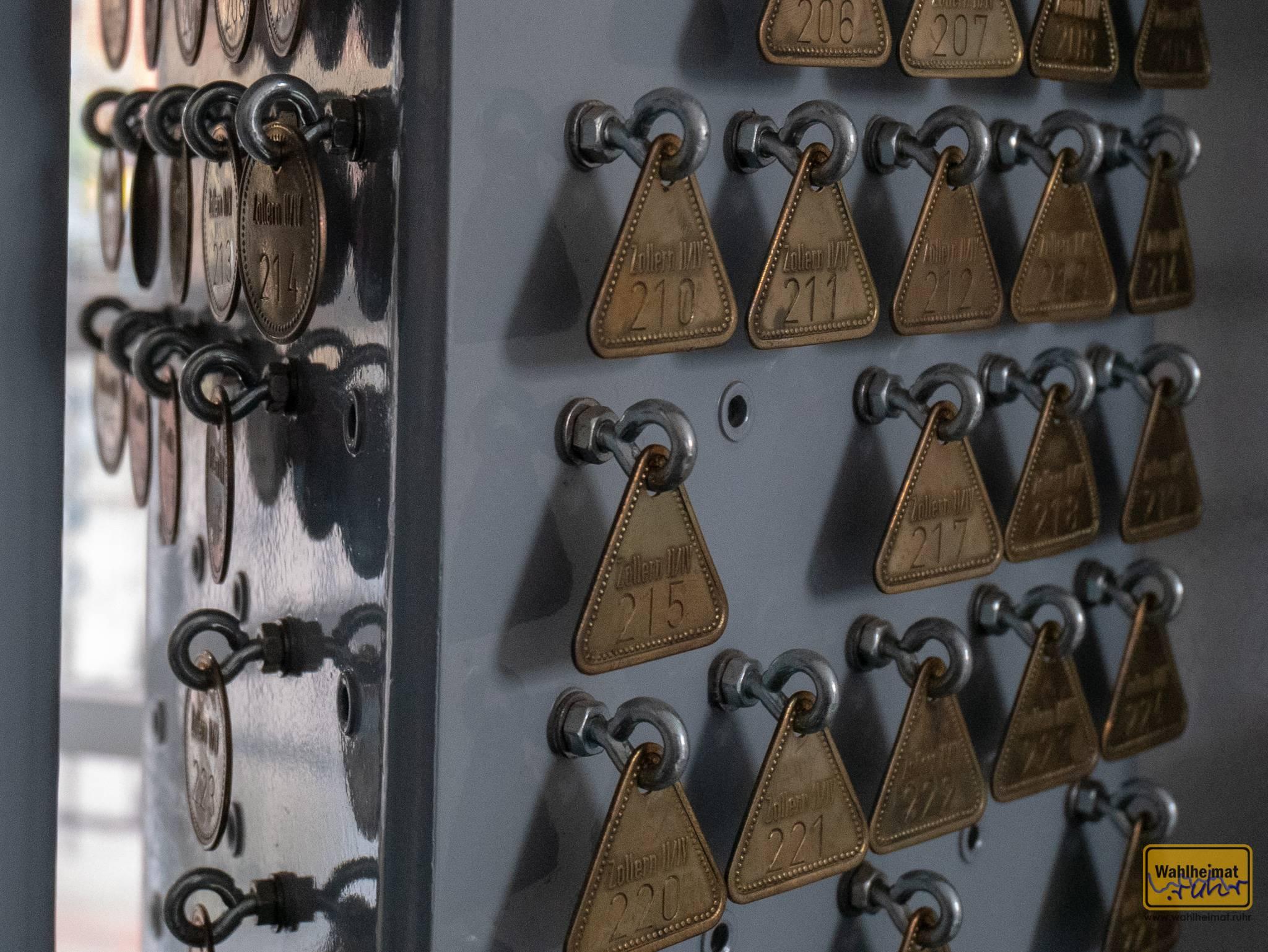In der ehemaligen Markenstube - hier bekam jeder Bergmann eine Marke, wenn er einfuhr. Je nach Schicht verwendete man unterschiedliche Formen.