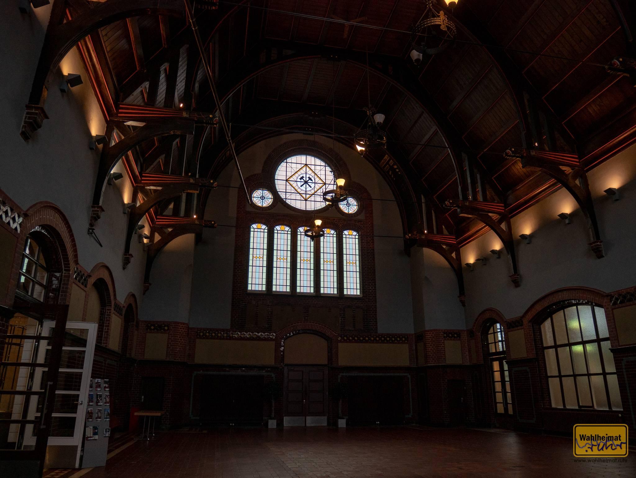 Die beeindruckende Lohnhalle - Fenster und Gewölbe sind so toll!