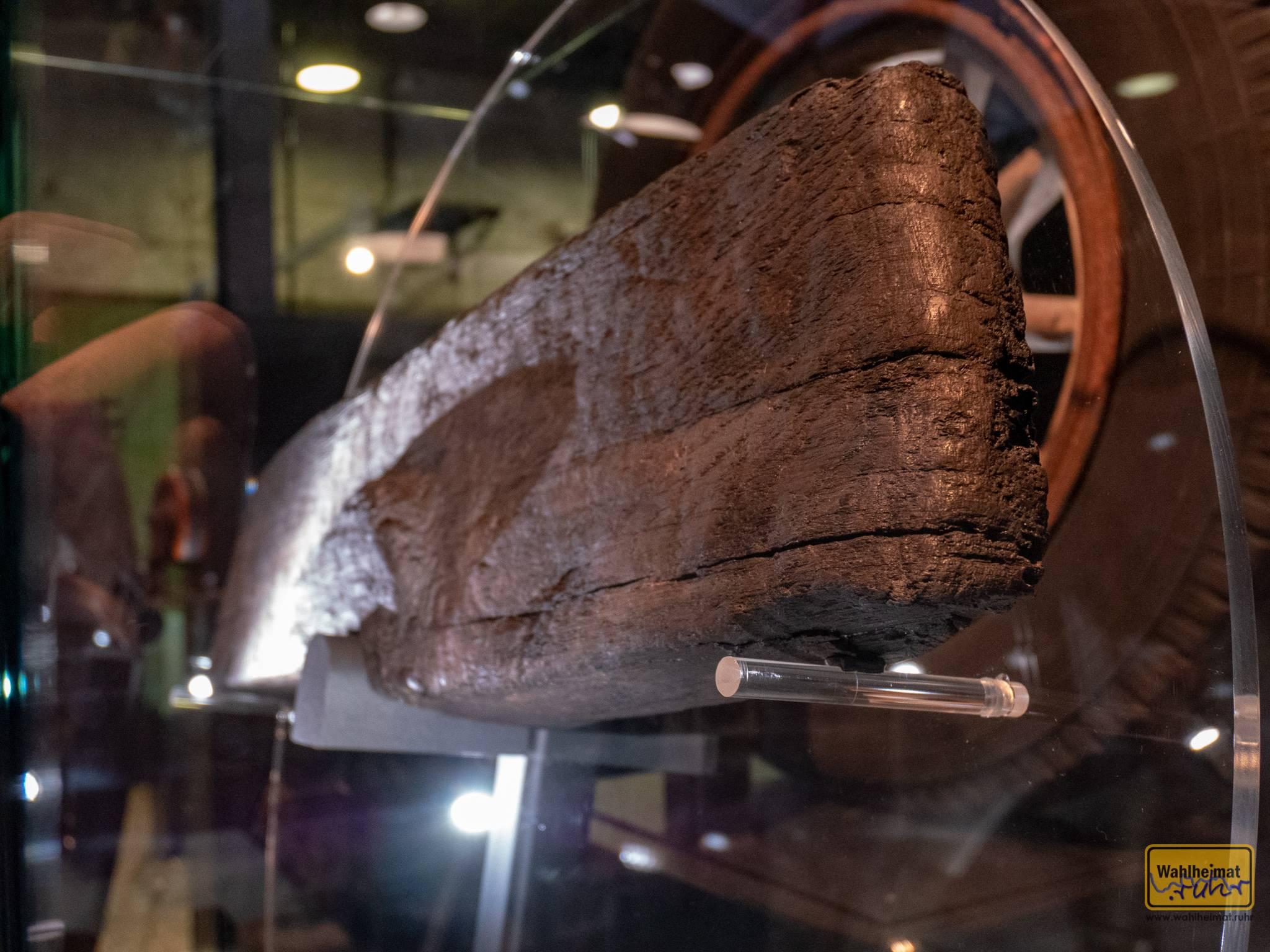 Schon in der Jungsteinzeit kannte man Räder. Wie hier an diesem Teilstück aus einem Moorfund zu sehen ist.