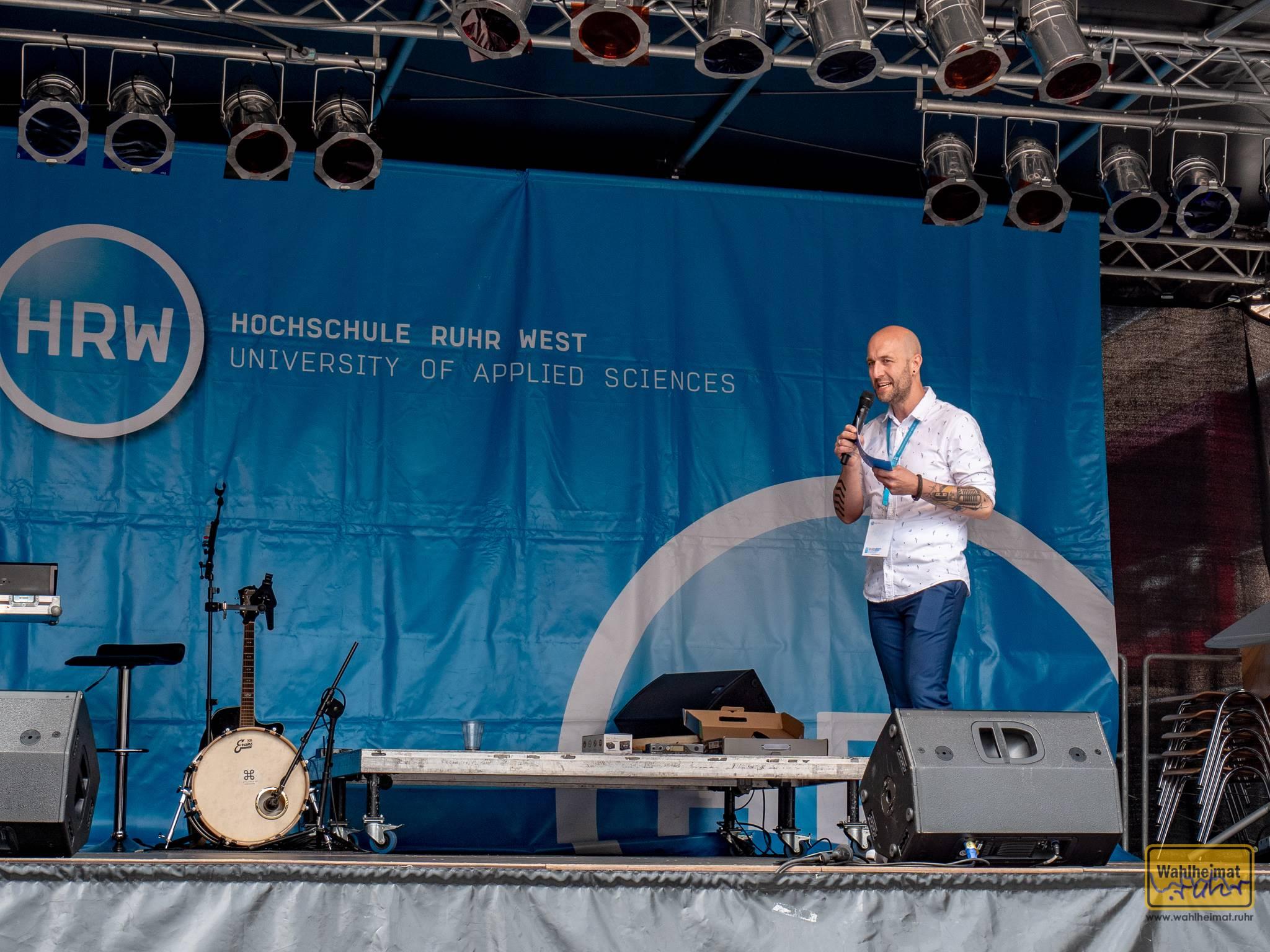 Stefan Falkenberg (Radio Mülheim) moderiert das Bühnenprogramm.