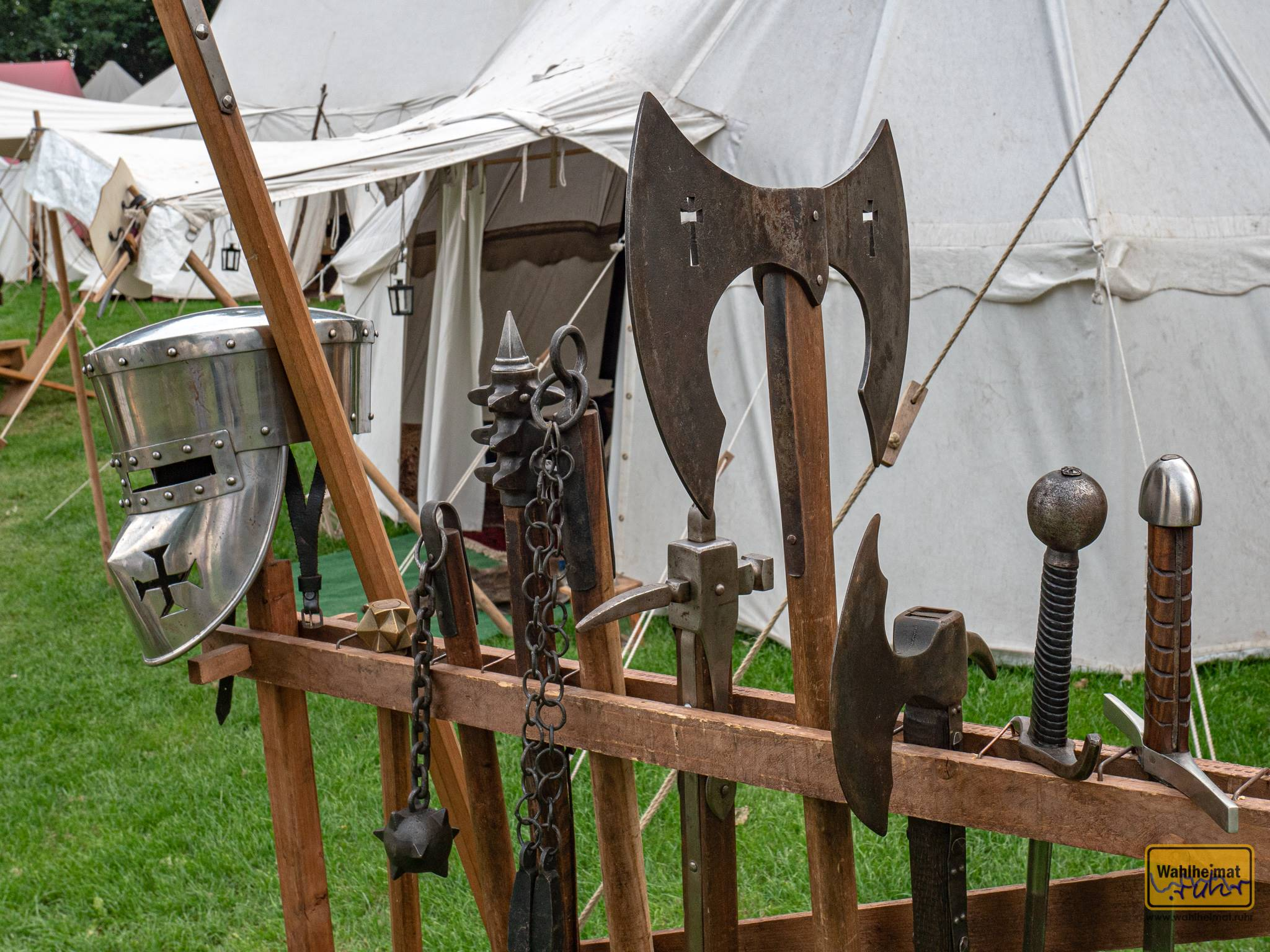 Martialische Waffen im Lager.