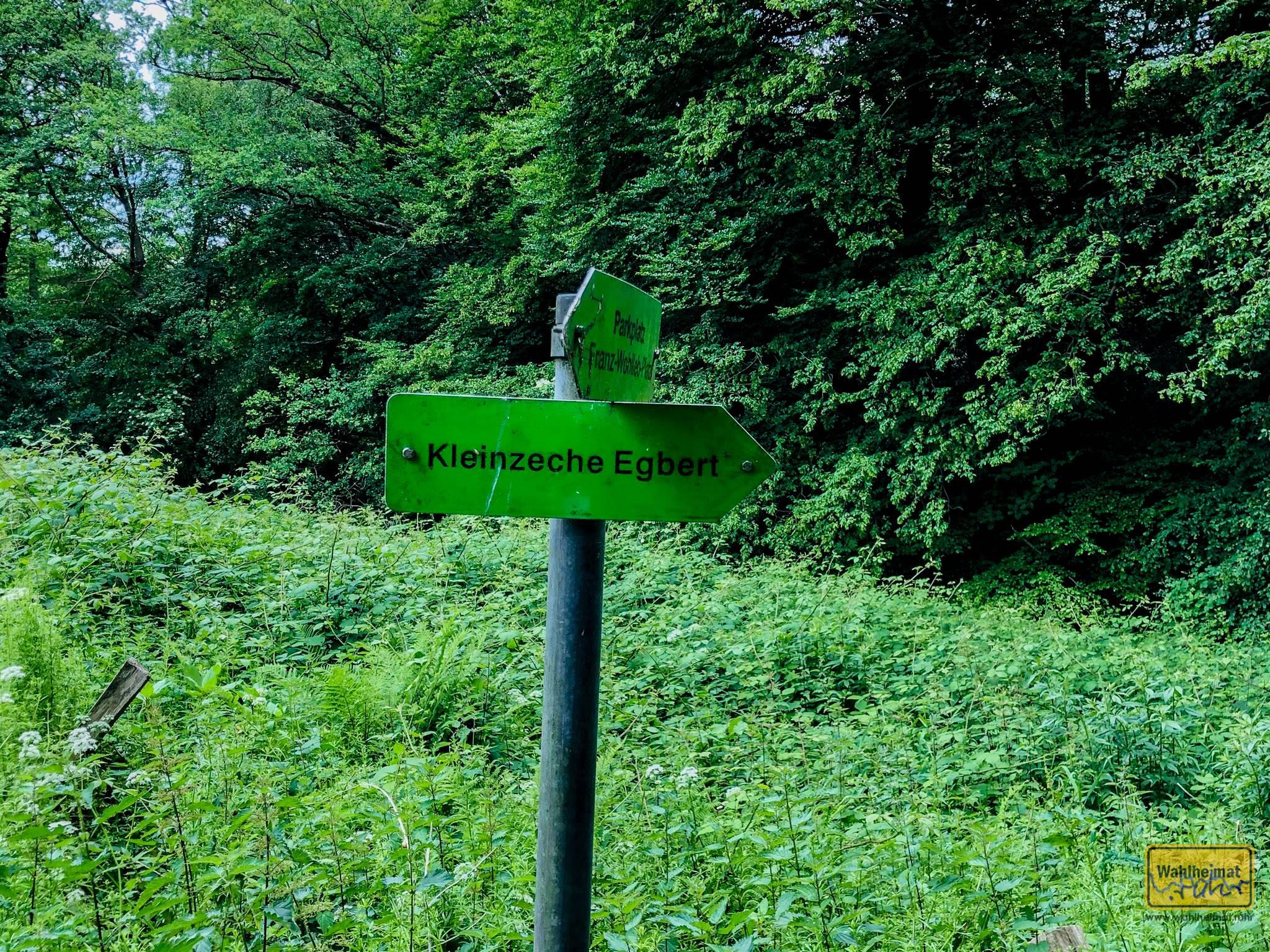 """Vom nahegelegenen Parkplatz muss man über die Straße """"Kamperbach"""" diesen Schildern folgen."""