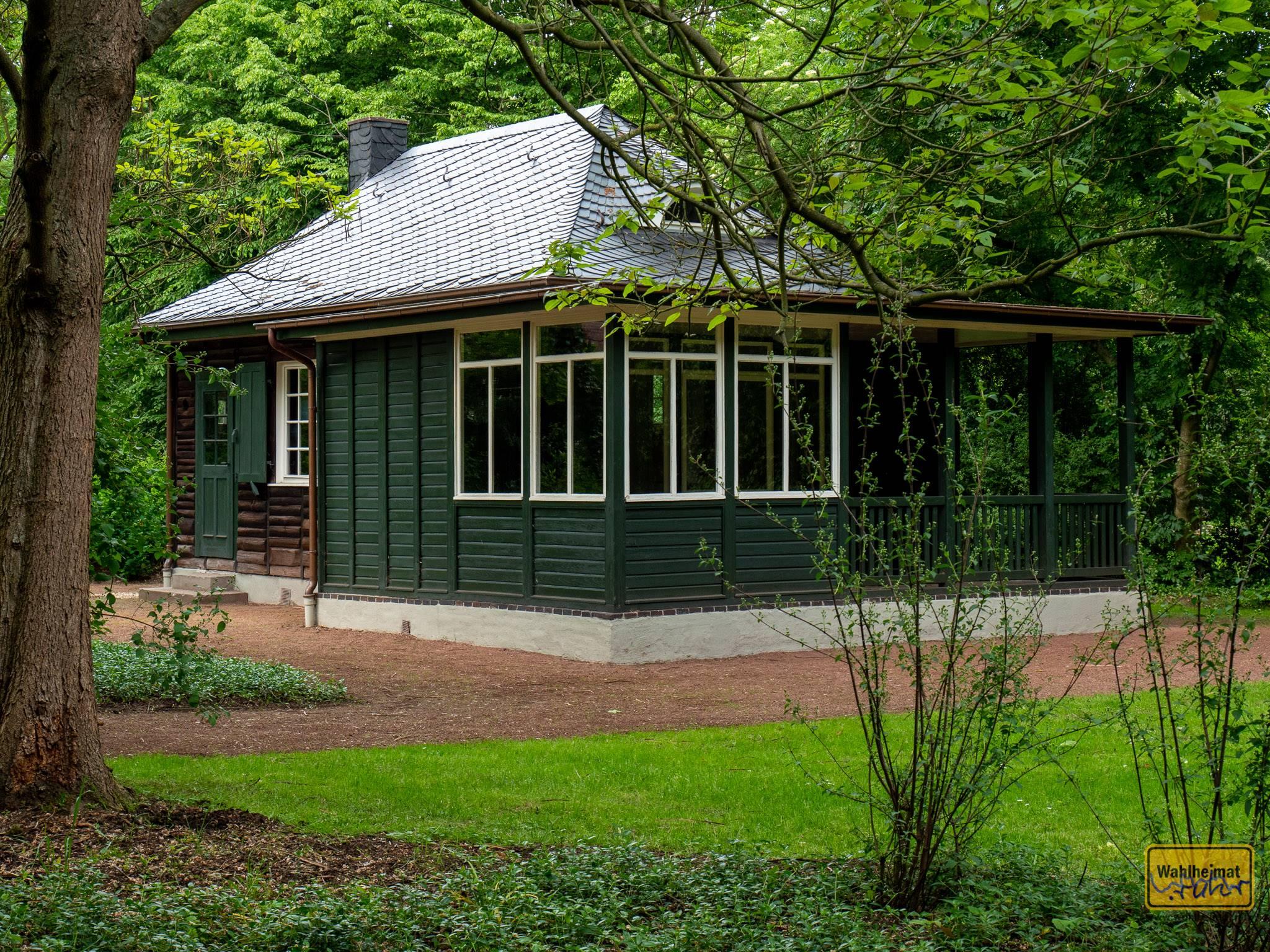Noch bevor Haus Esters und Haus Lange fertiggestellt wurden, wurde ein erstes typisches Bauhaus-Haus hier aufgebaut: das Gartenhaus stammt aus den Werkstätten Dresden-Hellerau.