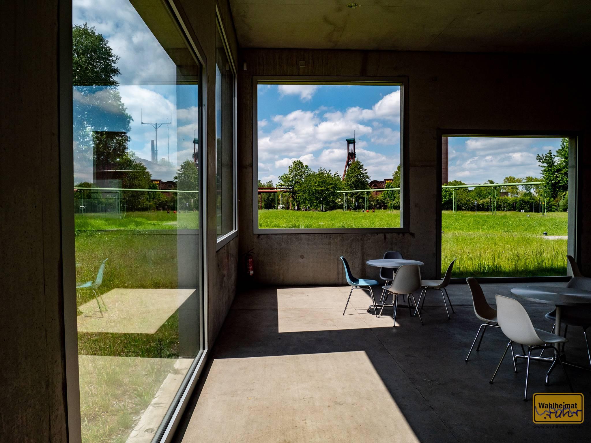 Interessantes Detail: Dank geothermischer Heizung bzw. Kühlung in den Wänden sind diese nur 30cm dick. Form follows function - eines der Basisprinzipien vom Bauhaus.