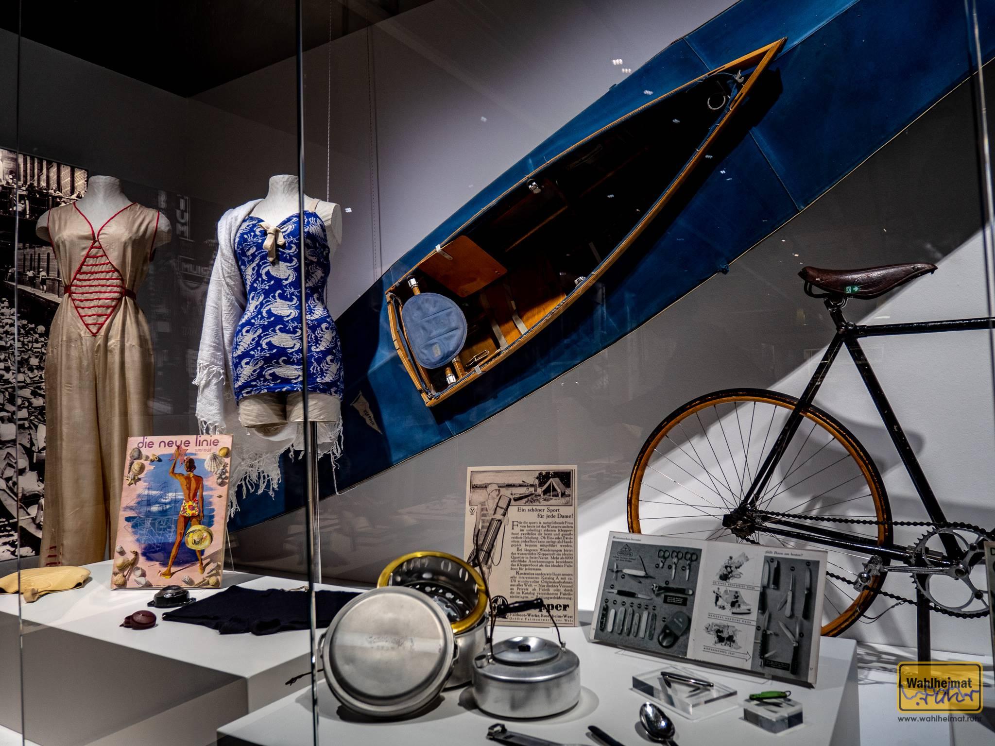 """Diese chicen Blautöne für Bekleidung oder Faltboot (lt. Hersteller der neue In-Sport für die Dame!) finden sich in der aktuellen Ausstellung """"Nützlich und Schön: Produktdesign von 1920 bis 1940."""" im Peter-Behrens-Bau Oberhausen."""