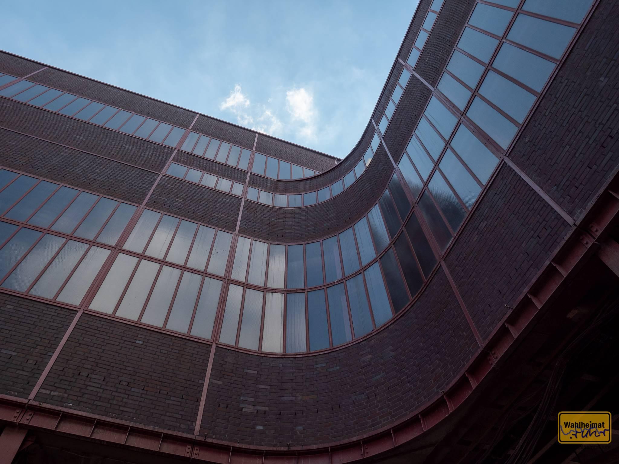 Form folgt Funktion: der Wagenumlauf mit den Kohleloren hinter den Fassaden sorgt für diese runde Ecke auf Zeche Zollverein.