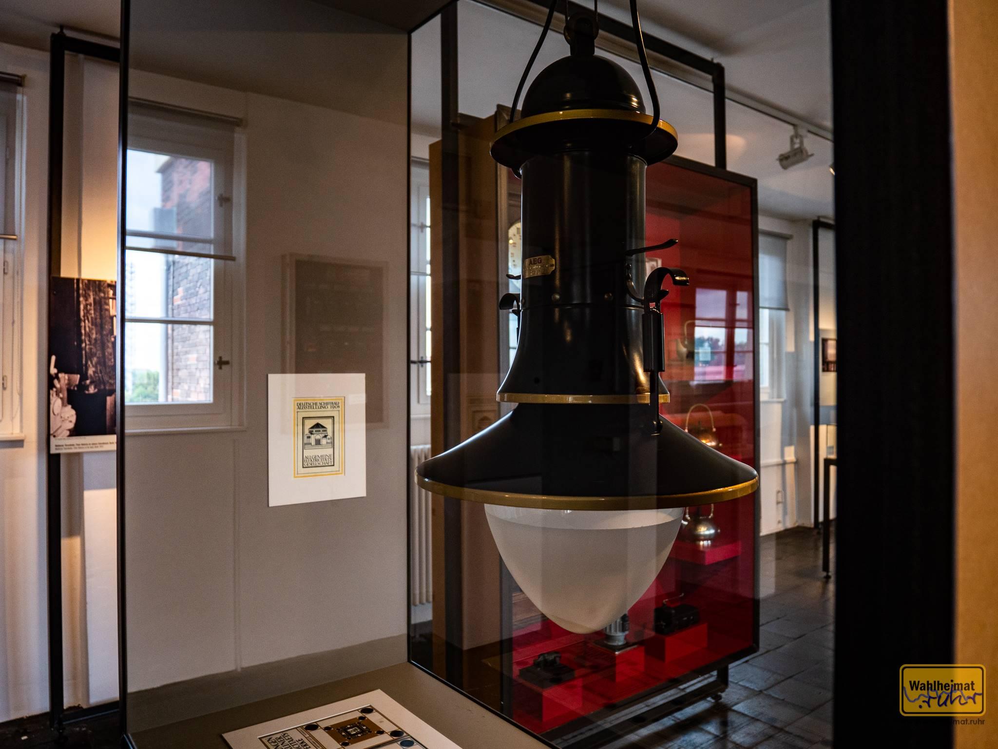 Peter Behrens' berühmte Bogenlampe in der Dauerausstellung im Peter-Behrens-Bau Oberhausen. Behrens arbeitete nicht nur als Architekt, sondern auch Designer - für die AEG sprangen dabei eine Menge markanter Produkte heraus.