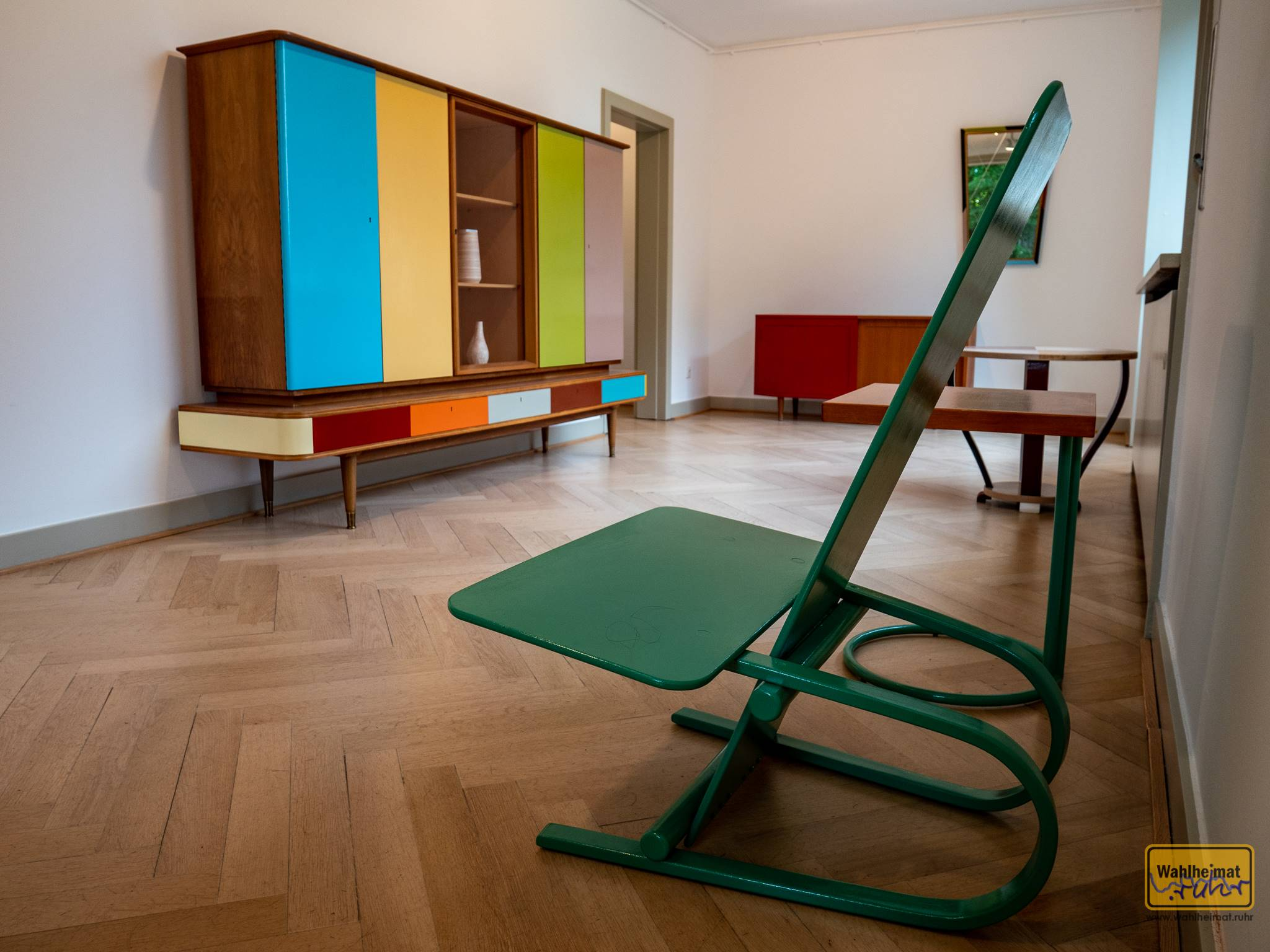 Farbig angetüncht machen diese Möbel richtig was her. Zu finden im Haus Lange.