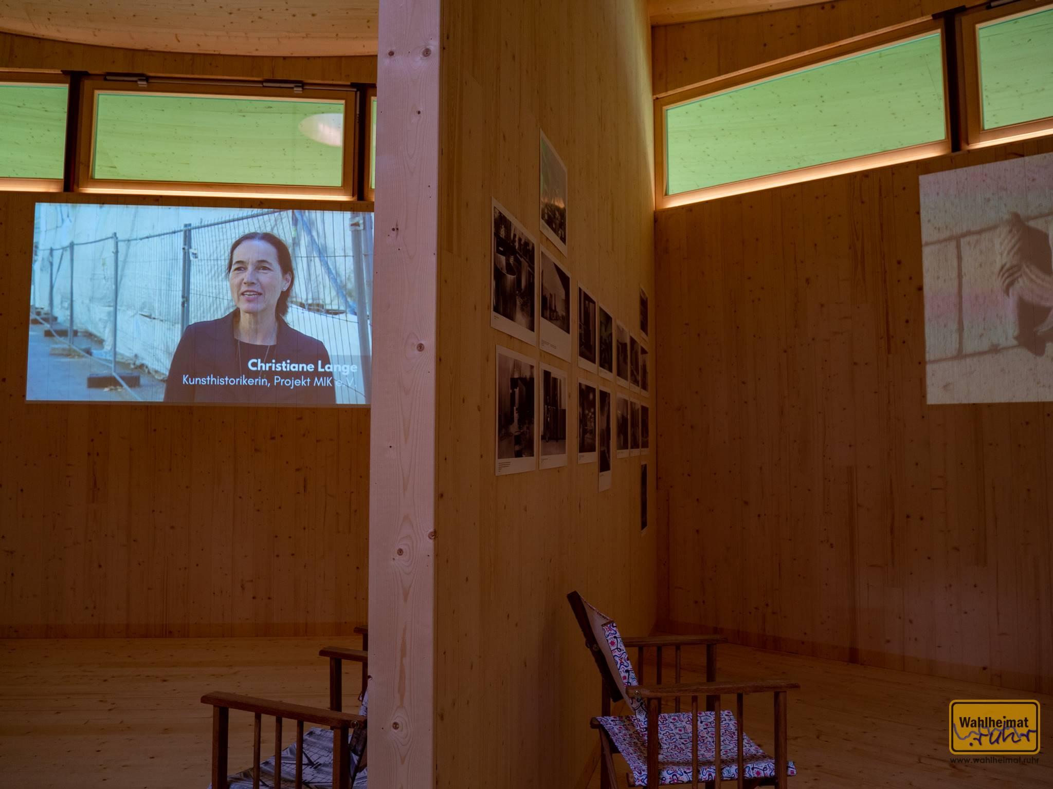 Christiane (hier im Schütte-Pavillon) ist die Enkelin des Bauherrn von Haus Lange (Bild kommt gleich noch). Die Kunsthistorikerin ist Vorsitzende des Vereins Mies van der Rohe in Krefeld (MIK) und Ikone der aktuellen Bauhaus-Szene in Krefeld.