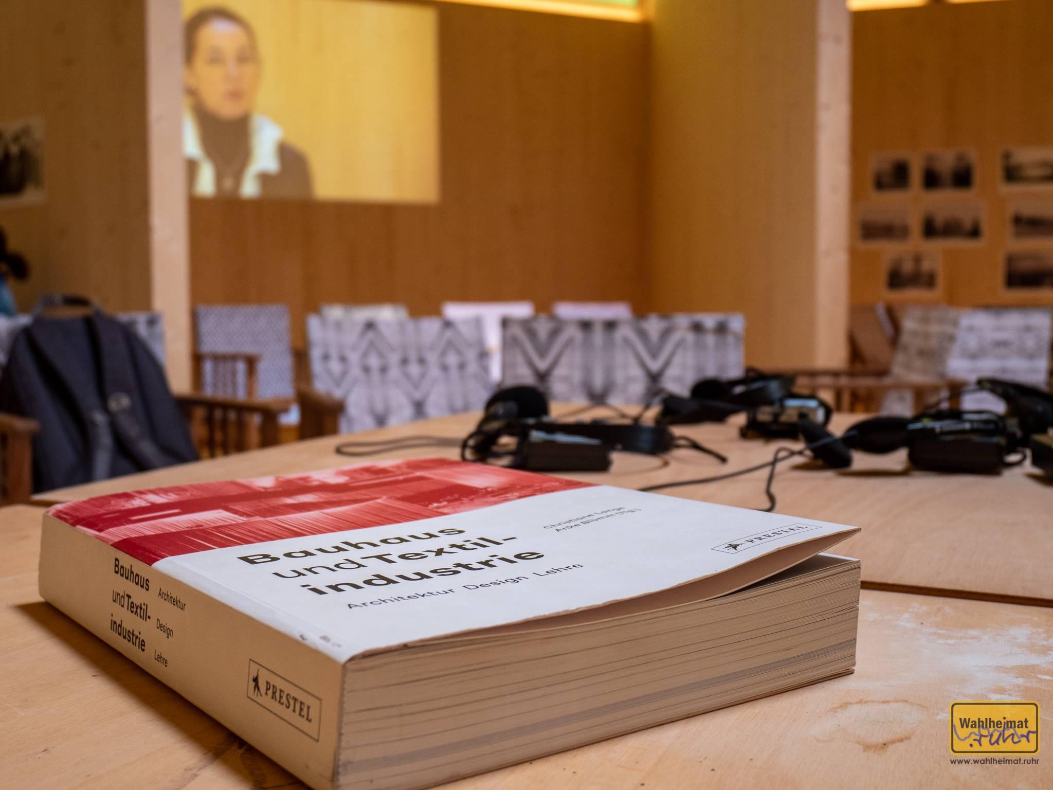 """Christiane Lange hat zwei Jahre lang 38 Bauhaus-Objekte in Krefeld erforscht und in """"Bauhaus und Textilindustrie"""" die Ergebnisse veröffentlicht. Ein ganz schöner Wälzer ist dabei herausgekommen!"""