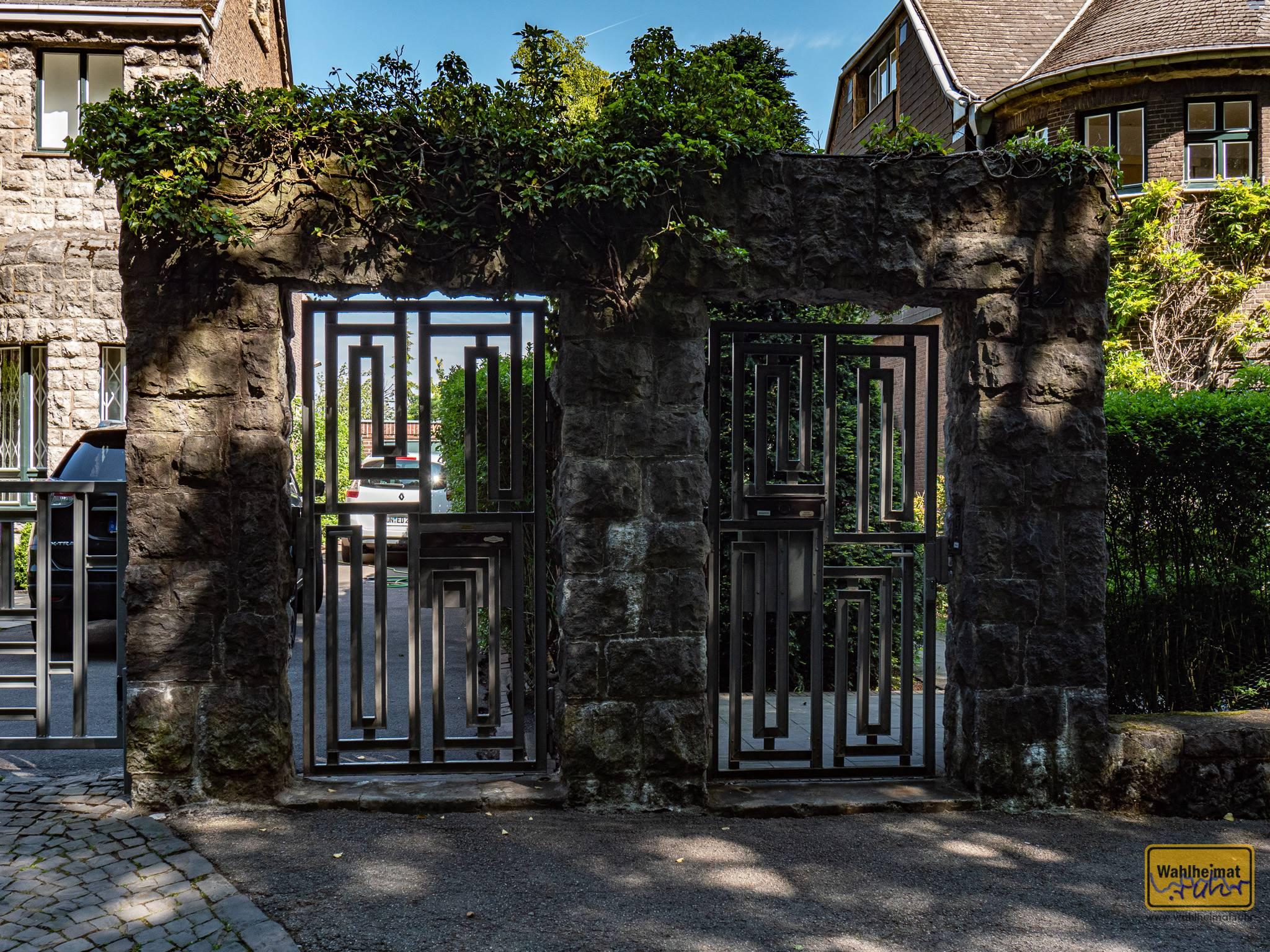 ...ein schönes Tor, und noch viele weitere Gebäudeformen und -verzierungen.