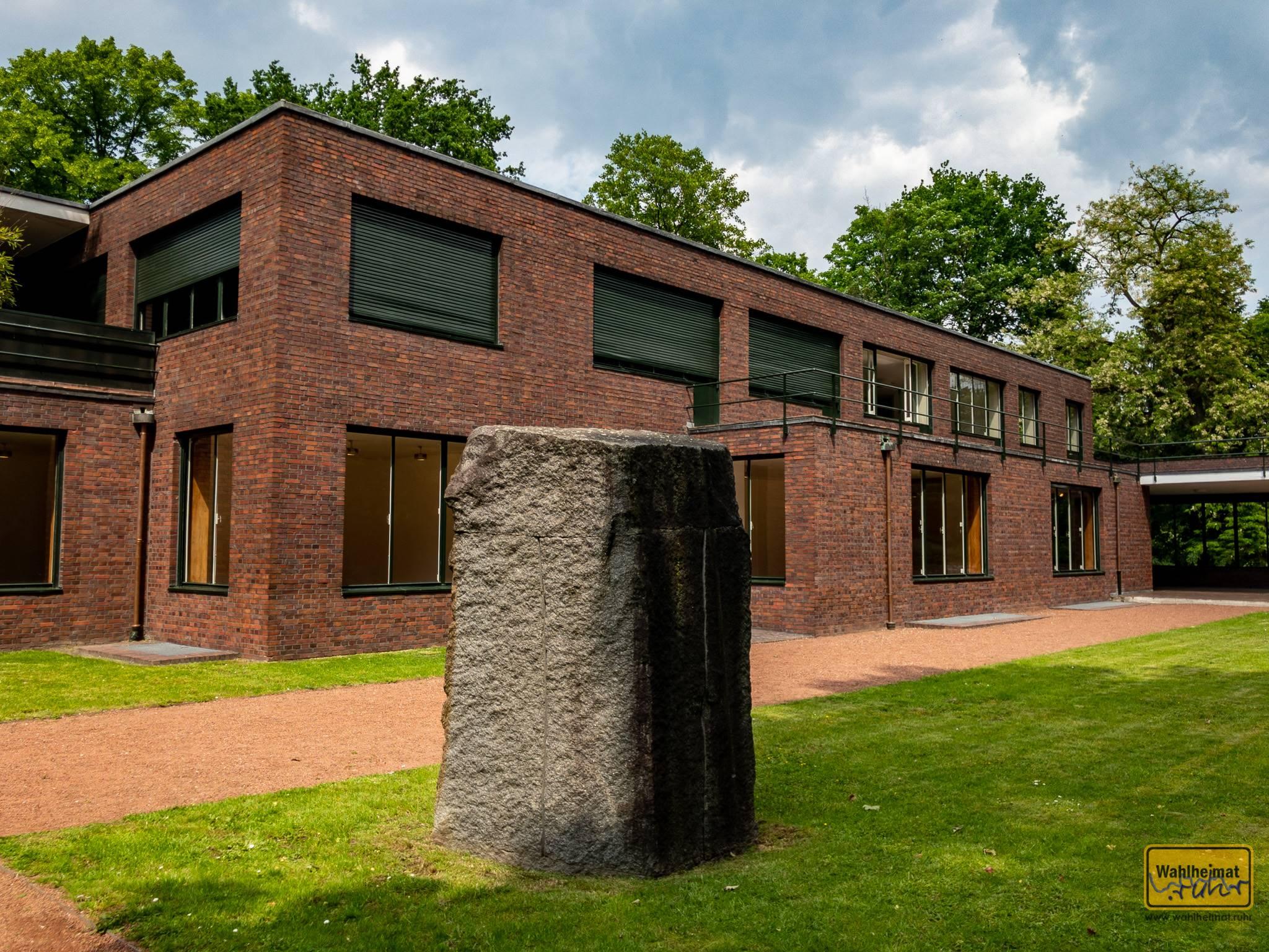 """Haus Esters und Haus Lange in Krefeld stehen direkt nebeneinander. Zwei typische Bauhaus-Bauten (""""große Fenster, Flachdach""""), jedoch an die Bedürfnisse ihrer Bewohner angepasst."""
