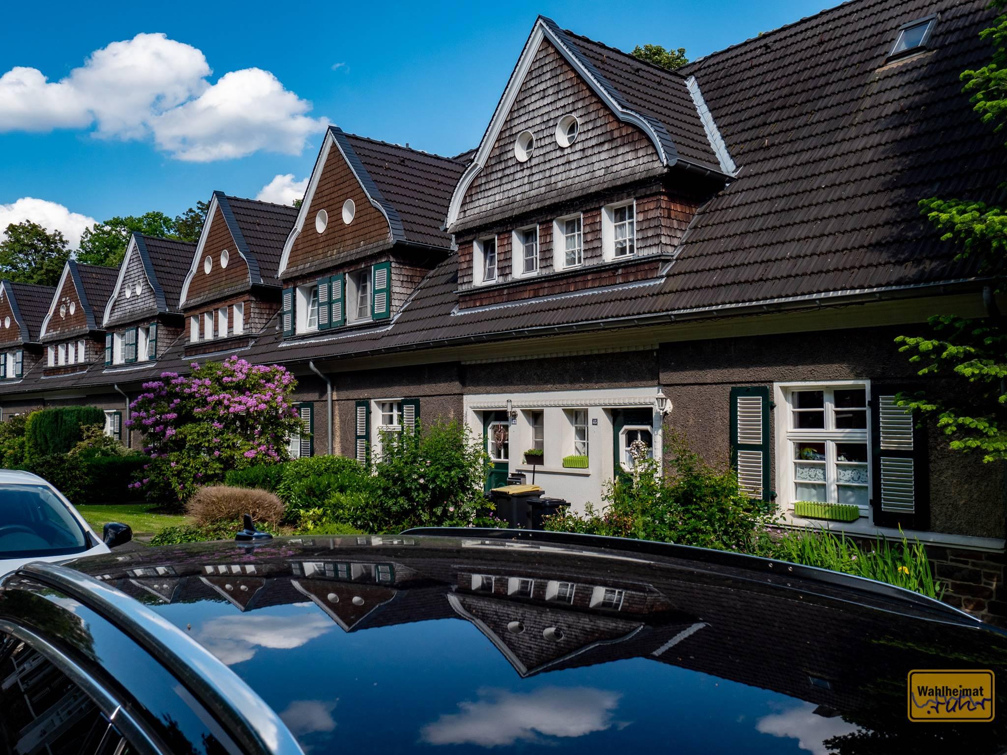 Dachgiebel reiht sich an Dachgiebel, typisch für viele Gartenhaus-Siedlungen, wie hier in der Margarethenhöhe Essen.