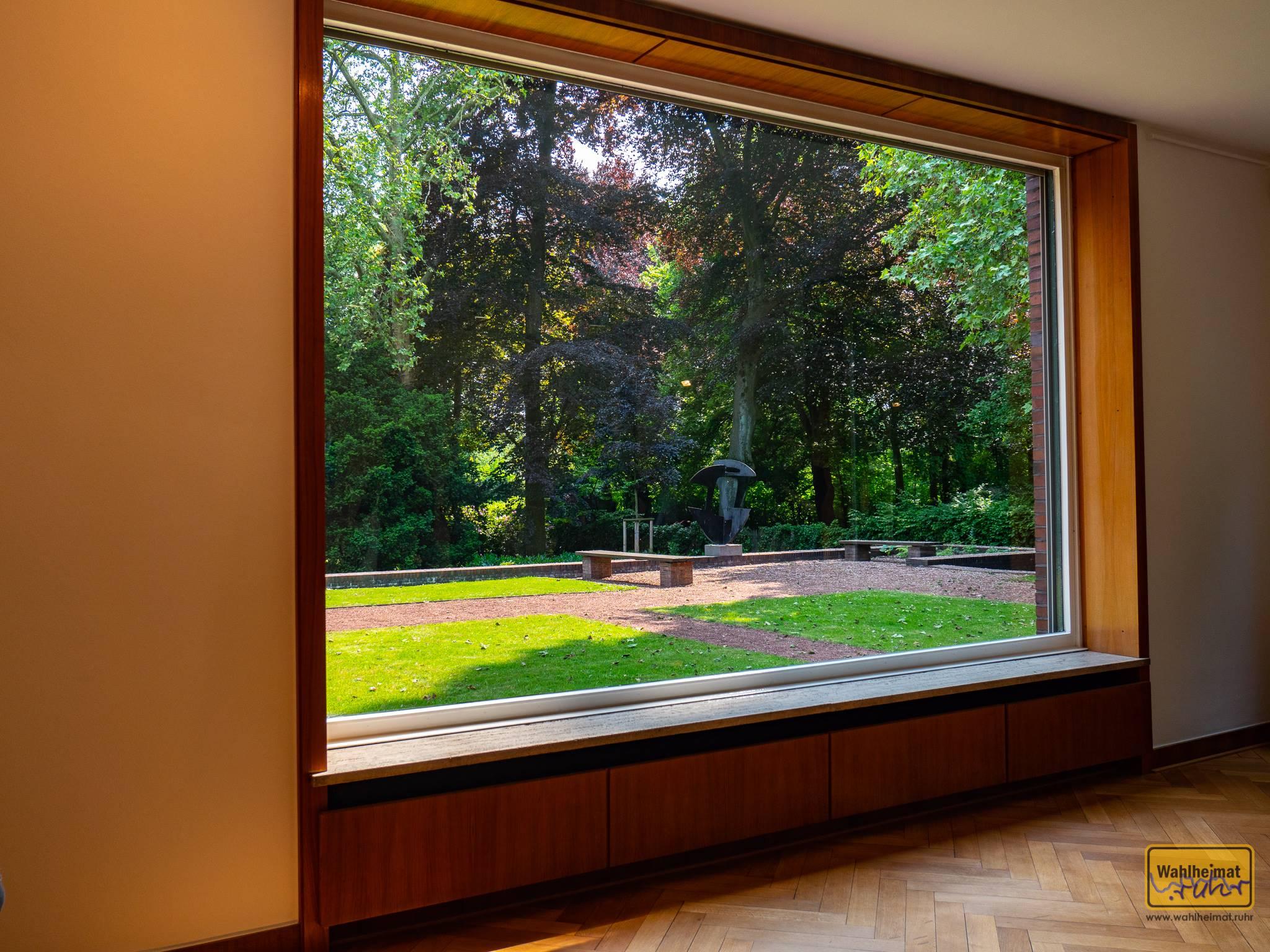 Riesige Fenster spielen eine zentrale Rolle im Bauhaus. Dieses hier im Haus Lange zum Beispiel lässt sich komplett im Boden (!) versenken!