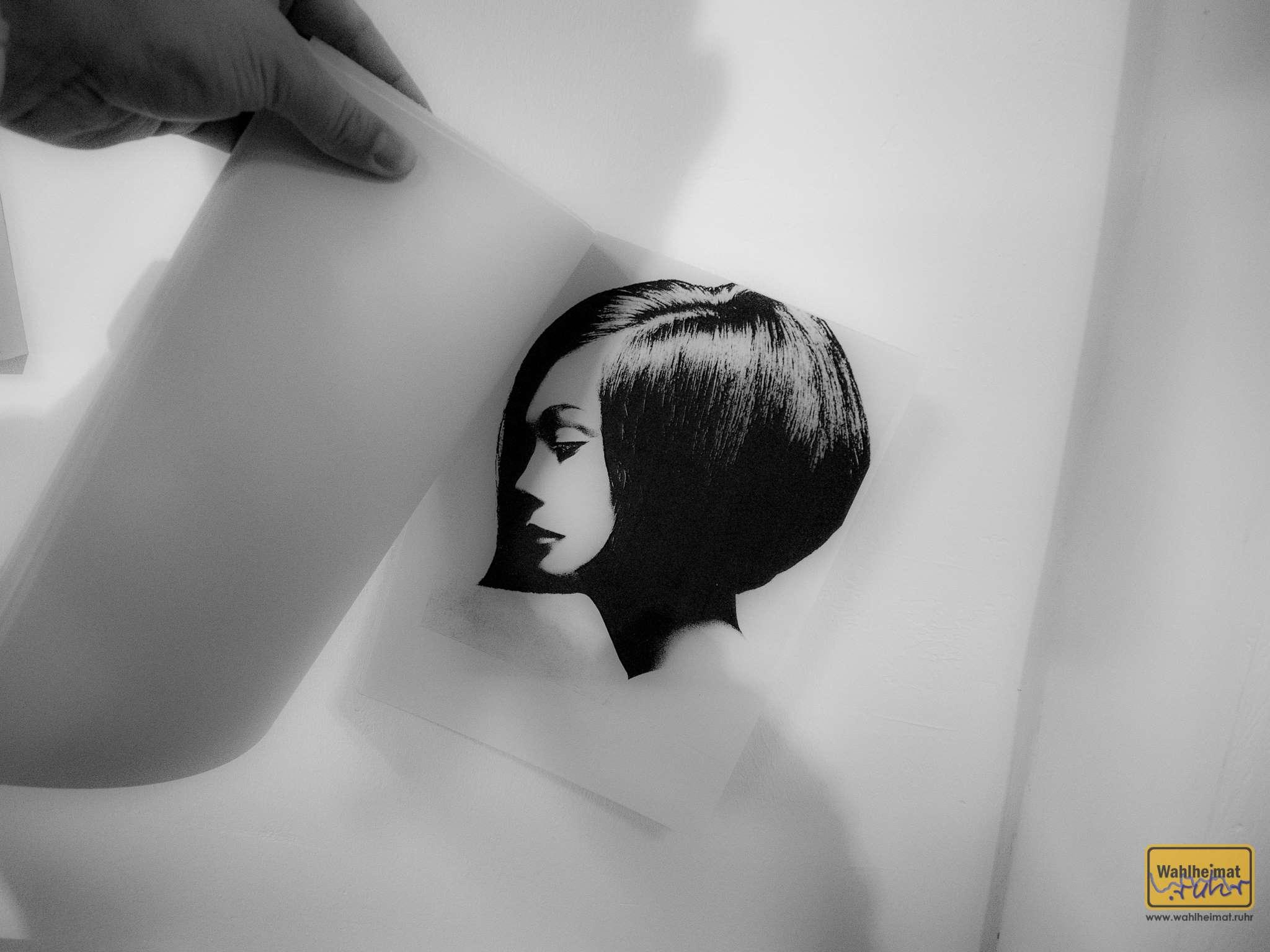 """Kuriose Leihgabe: """"Vidal Saassoon und das Bauhaus"""". Der Bob von Nancy Kwan sollte eine Frisur schaffen, die Frau selbst pflegen konnte."""