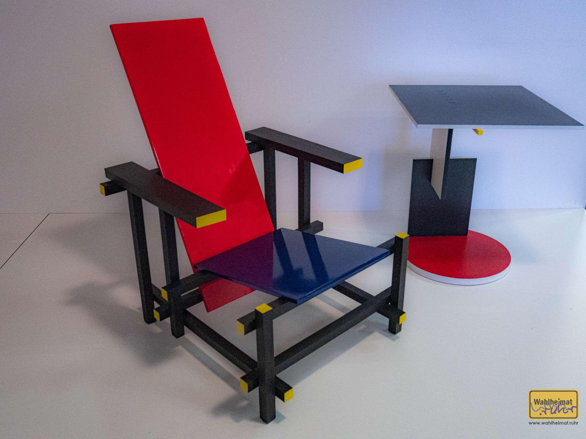 Dieser Stuhl ist wohl eher als reines Designobjekt entstanden, gerade zu Beginn von Bauhaus ist man wohl noch nicht so ganz dem Credo 'Form folgt Funktionalität' gefolgt.
