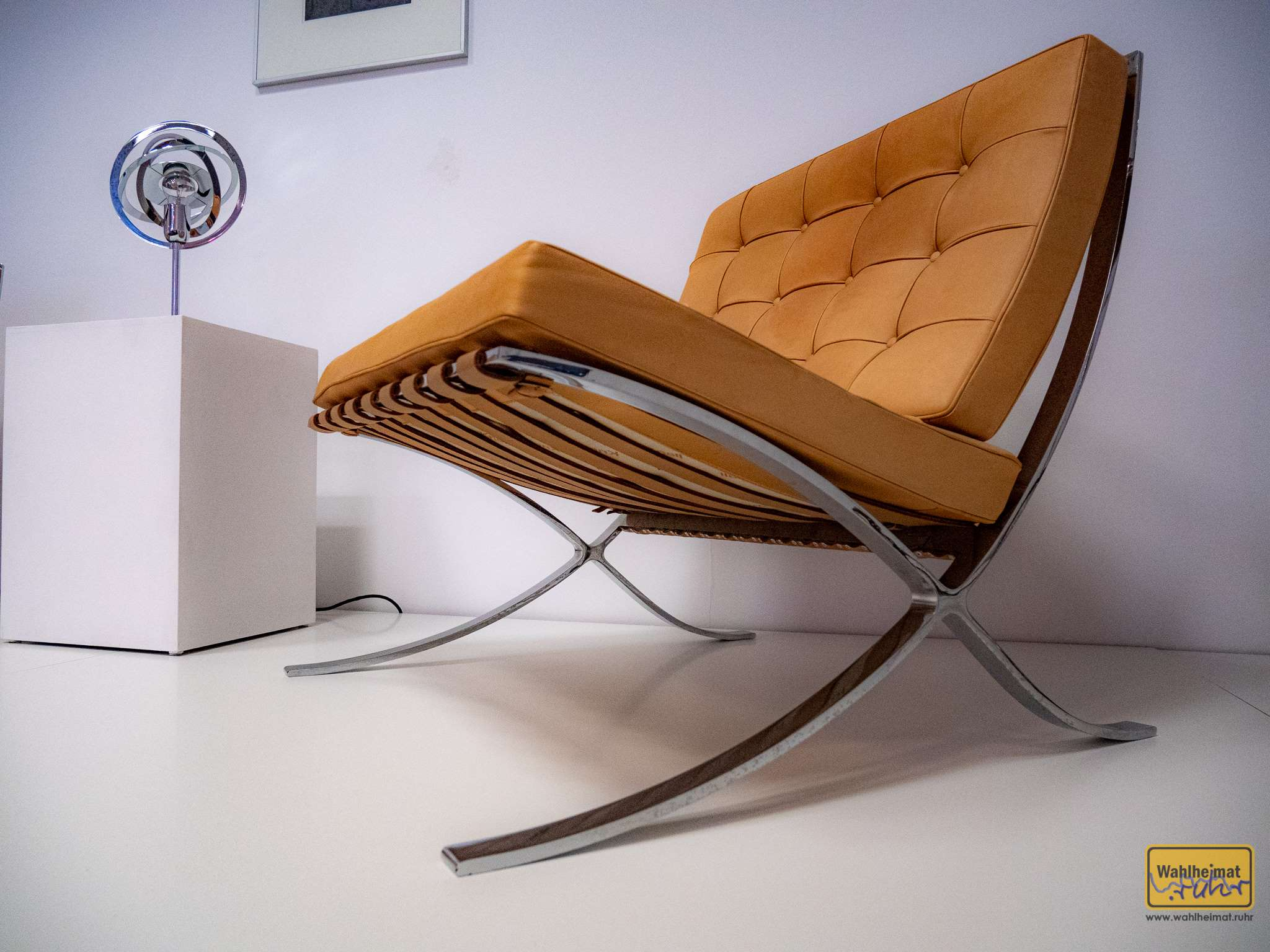 """Das sind die berühmten """"Barcelona-Sessel"""": bei der Eröffnung der Weltausstellung in Barcelona 1929 hat auf solcherlei Polstermöbeln von Ludwig Mies van der Rohe das Königspaar königlich Platz genommen."""
