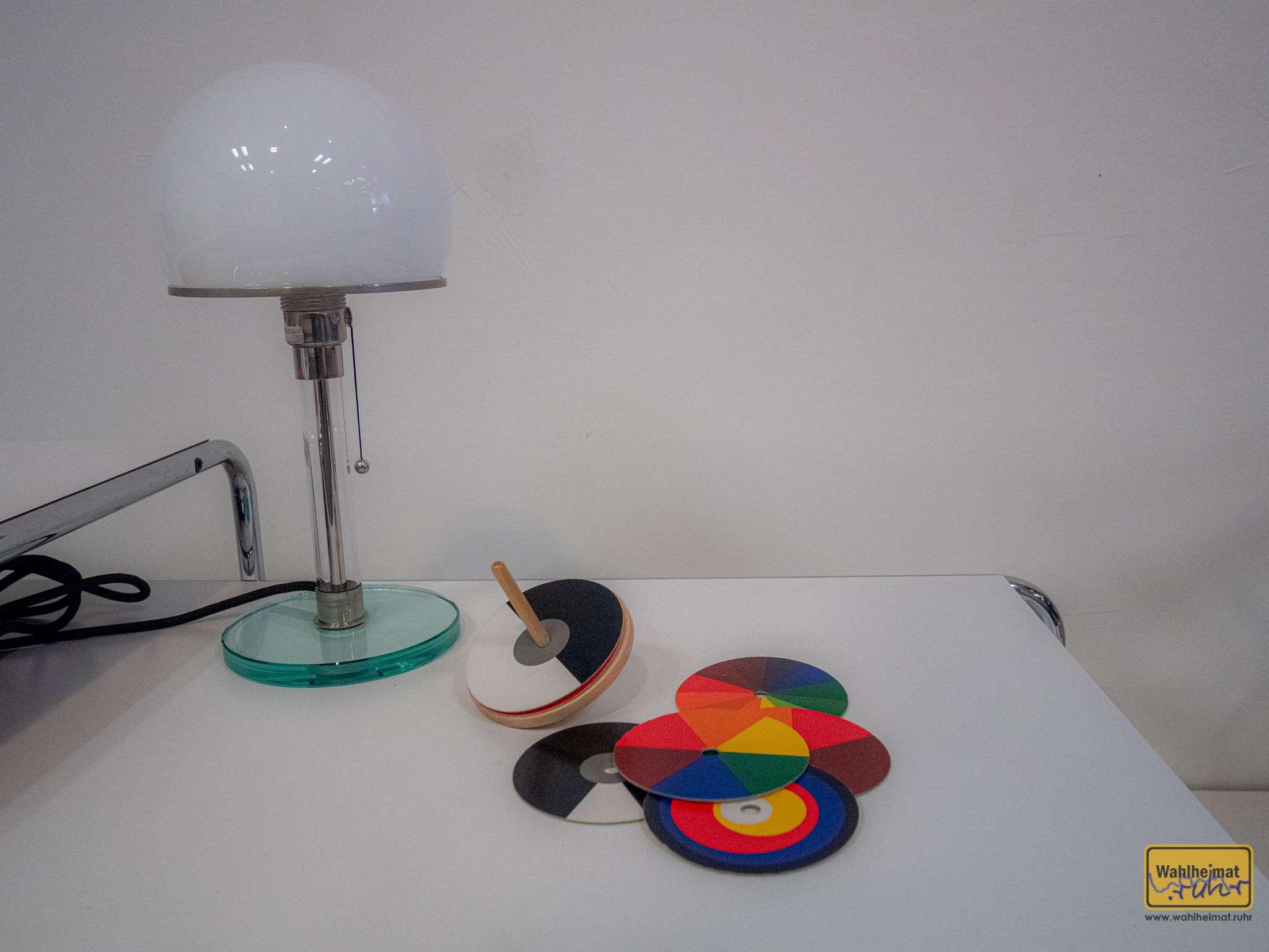 """Eine """"L61 Saturn Tischleuchte"""" von Josef Albers. Eine Leihgabe aus einem Auktionshaus, wie auch der benachbarte Teewagen aus dem Jahr 2002."""