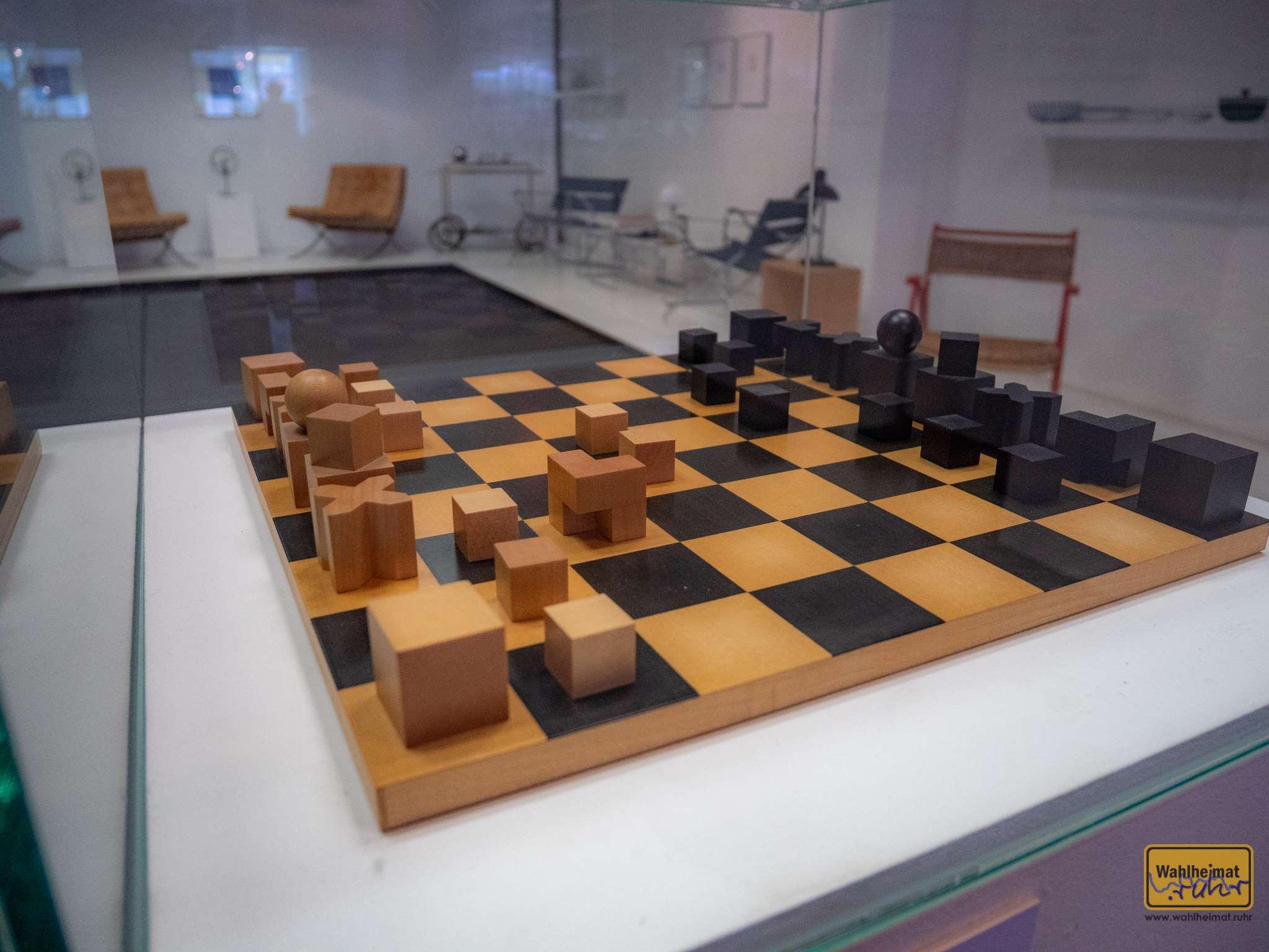 Dieses Schachspiel ist entsprechend der Grundbewegungen der Figuren gestaltet. Die Königin etwa bekommt die dynamische Form der Kugel, weil sie in alle Richtungen bewegbar ist.
