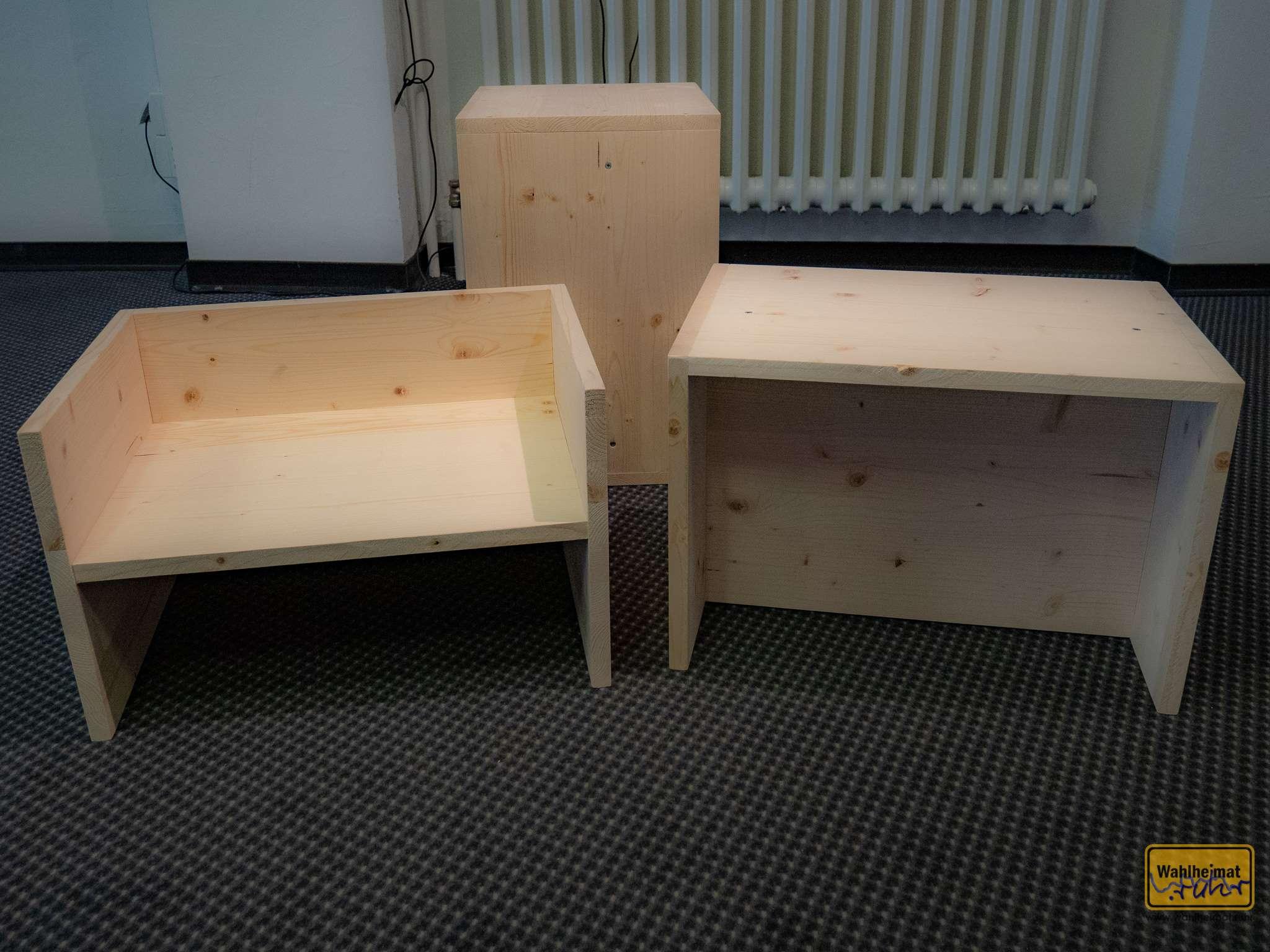 """Van Bo Le-Mentzel hat diese Hartz-4-Möbel ermöglicht: Für 10€ Material, 10 Schrauben, aufgebaut in 10 Minuten ist das z.B. der """"Berliner Hocker"""". Die Pläne kann man im Netz frei runterladen. Irgendwie auch (spätes) Bauhaus."""