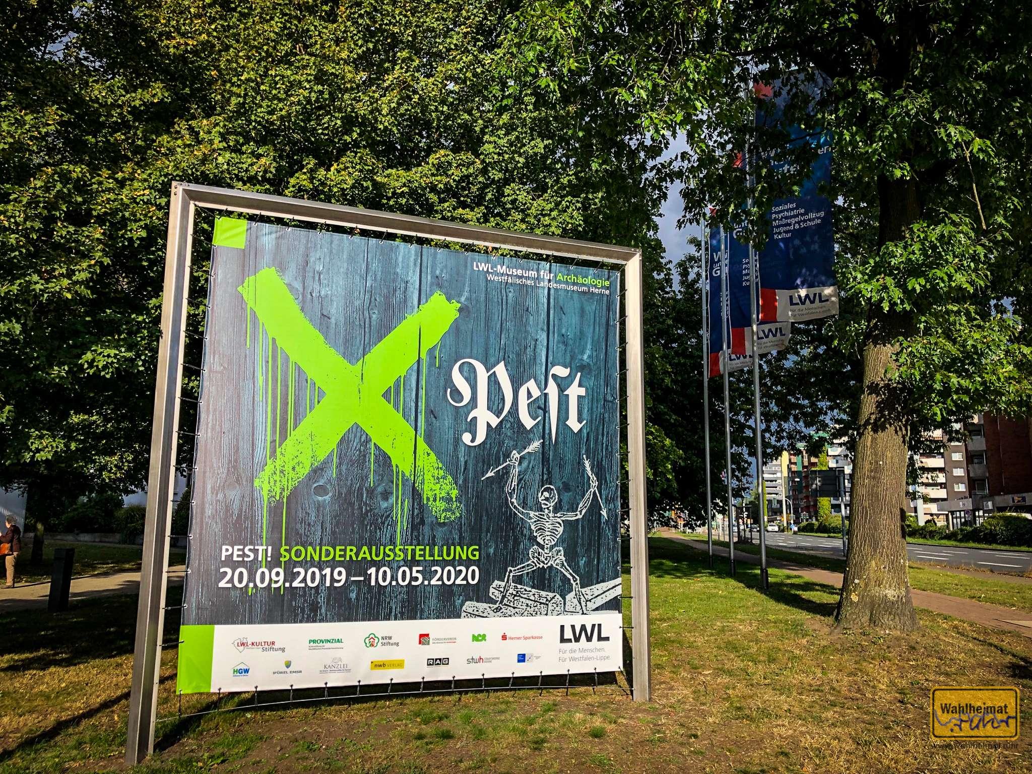 Pest-Plakat vor dem Museum in Herne.