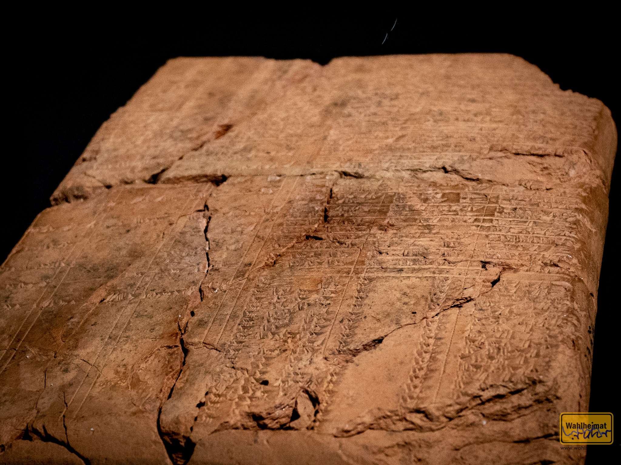 ...dokumentierte Belege auf allerlei Material. Ist das Keilschrift?