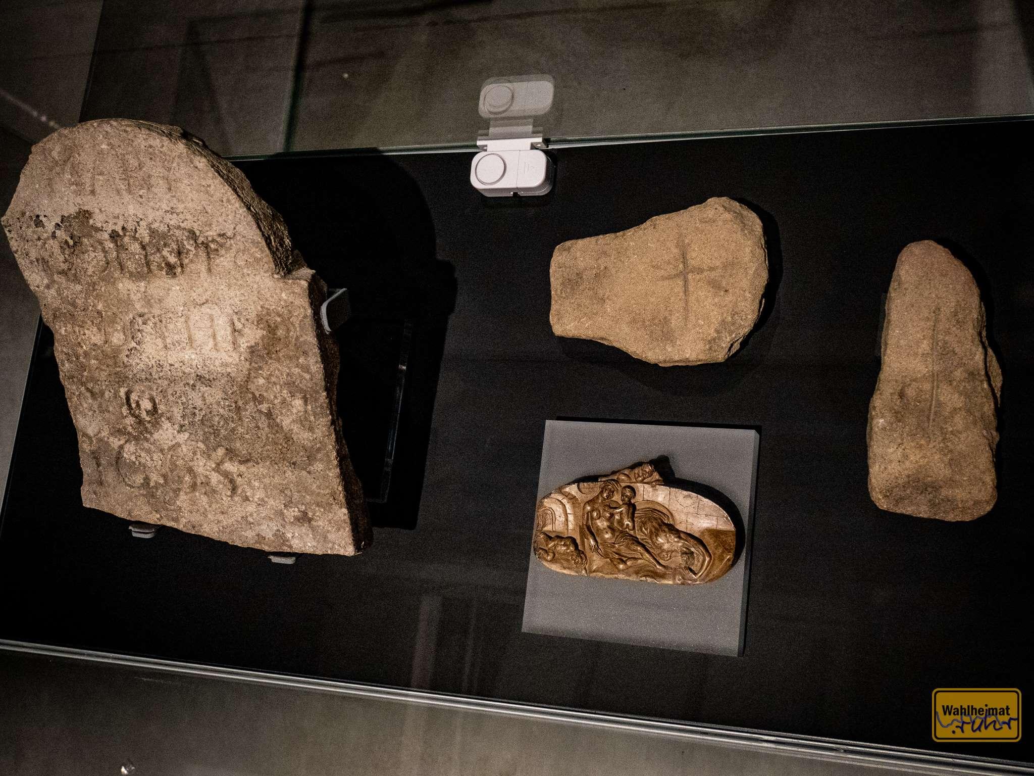 Bei so vielen Opfern wie durch die Pest werden auch Steinmetze und Zeit bis zur Bestattung knapp: Not-Grabsteine erinnern an den starken Bevölkerungsschwund zu Zeiten der Pest.
