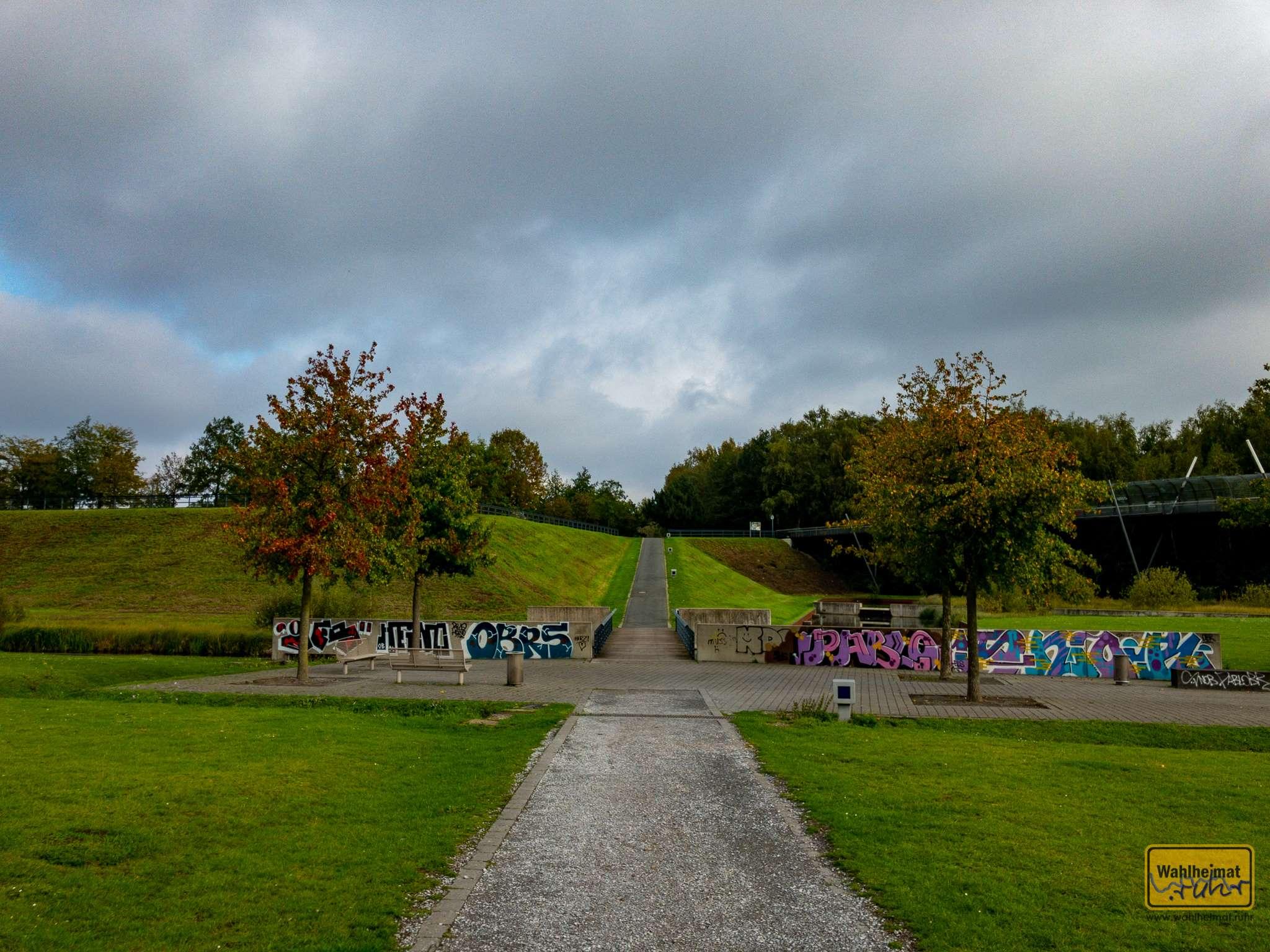 Ein ausgedehntes Wegenetz im Westpark lädt zum Flanieren ein.