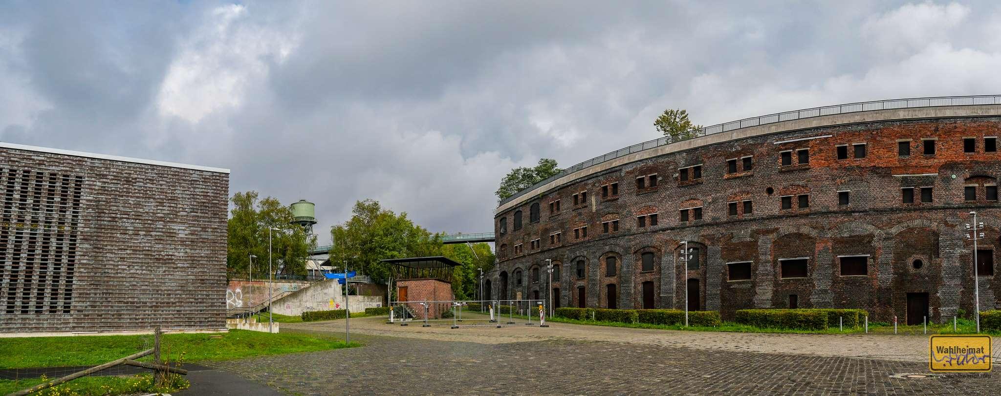 Das Colosseum dient zur Rückhaltung des dahinter liegenden, erhöhten Erdreichs mit weiteren Industrieanlagen - Platz war knapp in Bochum.
