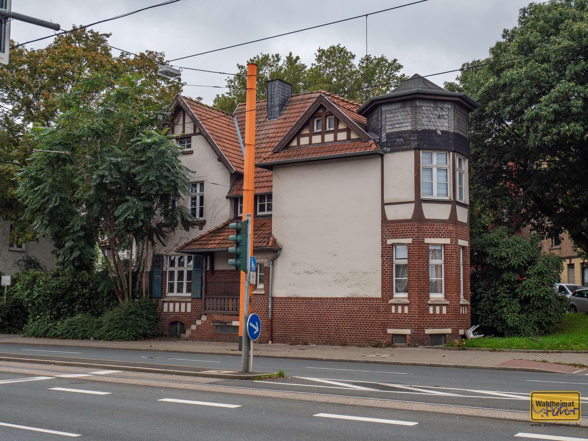...einem Haus, in dem einer der Protagonisten der App sein Zuhause gehabt haben könnte: Haus Hübel. Direkt am Werksgelände wohnten hier Beamte des Bochumer Vereins und deren Angestellte. Mitten in der Stadt Bochum übersieht man dieses Gebäude leicht - ein guter Hinweis aus der App!